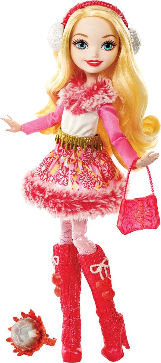 Ever After High Кукла Заколдованная зима Эппл ВайтDPP79_DPG88Добрая, милая и неповторимая дочь Белоснежки собралась в длительное зимнее путешествие со своими подружками. Чтобы не было холодно красотка одела яркое платье-шубку в красных оттенках, на ноги розовые колготки и высокие красные сапоги. Эппл Вайт взяла с собой сумочку - обязательный атрибут любой девушки, а на голову, аккуратно причесав волосы, надела наушники, согревающие уши на тот случай, когда будет совсем холодно. Заколдованная зима будет не страшна красотке в таком наряде, тем более что настрой у всех девушек из этой серии - только боевой! В комплект к кукле Ever After High Эппл Вайт входят кольцо для девочек и карточка-история.