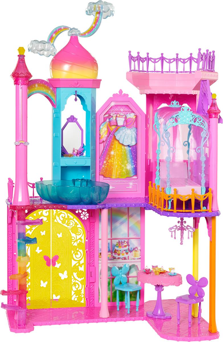 Barbie Дом для кукол Замок принцессыDPY39Дом для кукол Barbie Замок принцессы станет просто прекрасным подарком для юных поклонниц вселенной Barbie. Теперь девочка сможет воссоздать грандиозный замок для принцесс и обустроить его по своему вкусу. В комплект входят разнообразные аксессуары. Главной особенностью замка являются завораживающие вращающиеся облака на самой вершине замка! Для создания неповторимого образа кукол в наборе также присутствуют расческа и флакончик для духов. Со стильной прической и уточненным ароматом облик принцессы станет невероятно оригинальным и модным. Благодаря большому количеству аксессуаров, девочка вместе со своими подругами сможет устраивать увлекательные игры и воссоздавать интересные сюжетные сценки. С таким замком игровой процесс станет еще более реалистичным и правдоподобным. Куклы в комплект не входят.