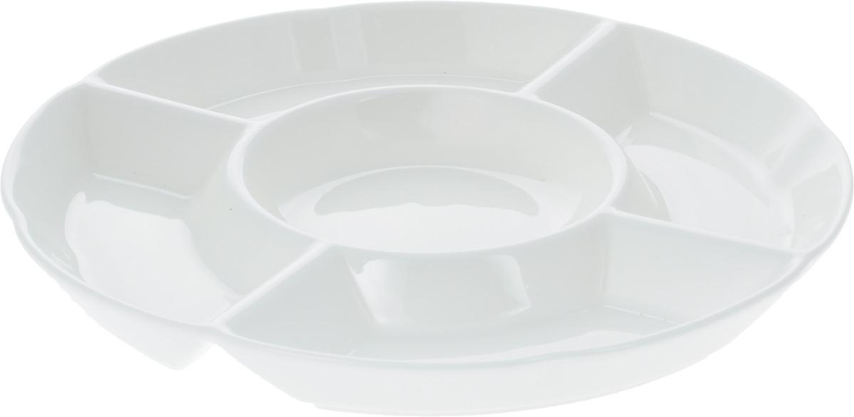 Менажница Wilmax, 5 секций, диаметр 24 смWL-992019 / AМенажница Wilmax изготовлена из фарфора с глазурованным покрытием. Она состоит из 5 секций, предназначенных для подачи сразу нескольких видов закусок, нарезок, соусов и варенья. Фарфор от Wilmax изготовлен по уникальному рецепту из сплава магния и алюминия, благодаря чему посуда обладает характерной белизной, прочностью и устойчивостью к сколами. Особый состав глазури обеспечивает гладкость и блеск поверхности изделия. Оригинальная менажница Wilmax станет украшением как праздничного, так и повседневного обеденного стола и подчеркнет ваш изысканный вкус. Можно мыть в посудомоечной машине и использовать в микроволновой печи. Изделие пригодно для использования в духовых печах и выдерживает температуру до 300°С. Диаметр: 24 см. Высота: 2,5 см. Диаметр внутренней секции: 11 см. Размеры прямоугольных секций: 16 х 6 см.
