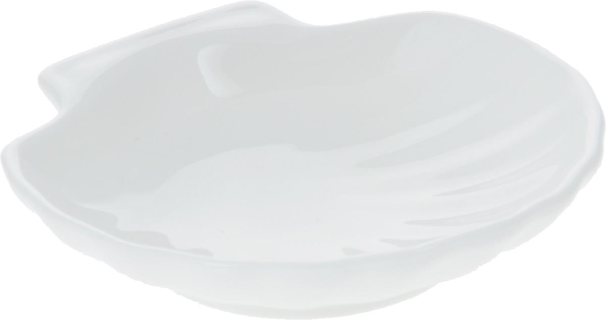 Кокильница Wilmax, 12 х 12 смWL-992010 / AОригинальная кокильница Wilmax, изготовленная из фарфора с глазурованным покрытием, прекрасно подойдет для запекания или подачи блюд из рыбы и морепродуктов. Фарфор от Wilmax изготовлен по уникальному рецепту из сплава магния и алюминия, благодаря чему посуда обладает характерной белизной, прочностью и устойчивостью к сколами. Особый состав глазури обеспечивает гладкость и блеск поверхности изделия. Изделие сочетает в себе изысканный дизайн с максимальной функциональностью. Кокильница прекрасно впишется в интерьер вашей кухни и станет достойным дополнением к кухонному инвентарю. Можно мыть в посудомоечной машине и использовать в микроволновой печи. Форма пригодна для использования в духовых печах и выдерживает температуру до 300°С.