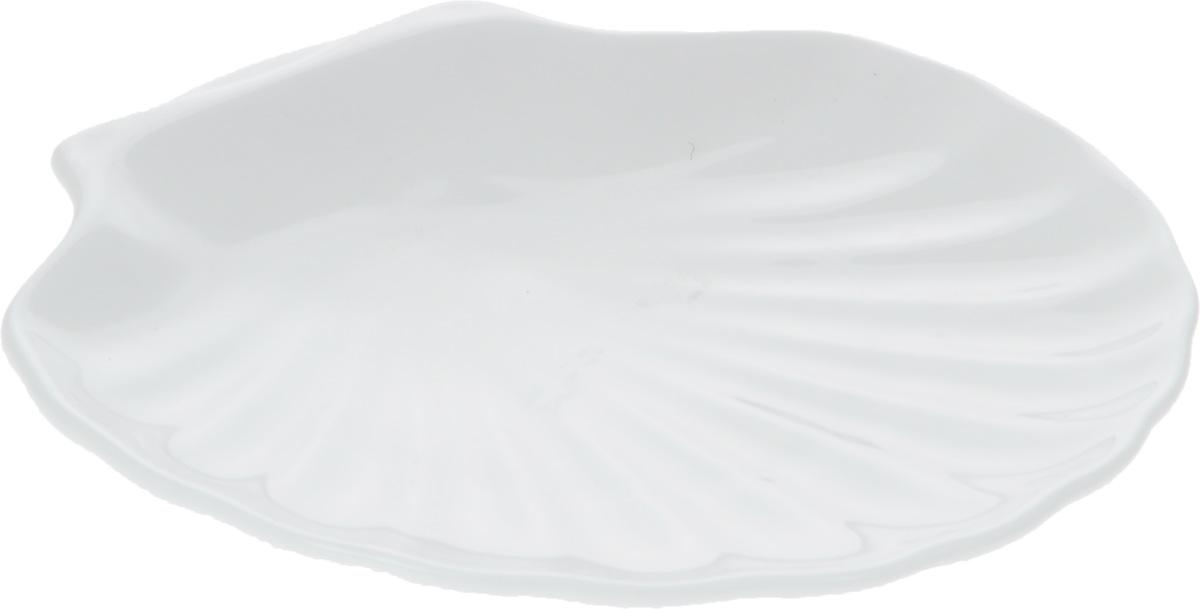 Кокильница Wilmax, 17 х 16 смWL-992012 / AОригинальная кокильница Wilmax, изготовленная из фарфора с глазурованным покрытием, прекрасно подойдет для запекания или подачи блюд из рыбы и морепродуктов. Фарфор от Wilmax изготовлен по уникальному рецепту из сплава магния и алюминия, благодаря чему посуда обладает характерной белизной, прочностью и устойчивостью к сколами. Особый состав глазури обеспечивает гладкость и блеск поверхности изделия. Изделие сочетает в себе изысканный дизайн с максимальной функциональностью. Кокильница прекрасно впишется в интерьер вашей кухни и станет достойным дополнением к кухонному инвентарю. Можно мыть в посудомоечной машине и использовать в микроволновой печи. Форма пригодна для использования в духовых печах и выдерживает температуру до 300°С.