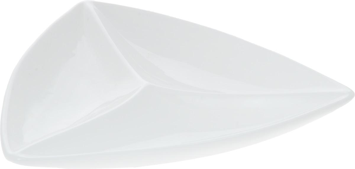 Менажница Wilmax, 3 секции, 29 х 30 смWL-992586 / AМенажница Wilmax изготовлена из фарфора с глазурованным покрытием. Она состоит из 3 секций, предназначенных для подачи сразу нескольких видов закусок, нарезок, соусов и варенья. Фарфор от Wilmax изготовлен по уникальному рецепту из сплава магния и алюминия, благодаря чему посуда обладает характерной белизной, прочностью и устойчивостью к сколами. Особый состав глазури обеспечивает гладкость и блеск поверхности изделия. Оригинальная менажница Wilmax станет украшением как праздничного, так и повседневного обеденного стола и подчеркнет ваш изысканный вкус. Можно мыть в посудомоечной машине и использовать в микроволновой печи. Изделие пригодно для использования в духовых печах и выдерживает температуру до 300°С. Размер изделия по верхнему краю: 29 х 30 см. Высота изделия: 4 см. Размер секций: 28 х 11 см.