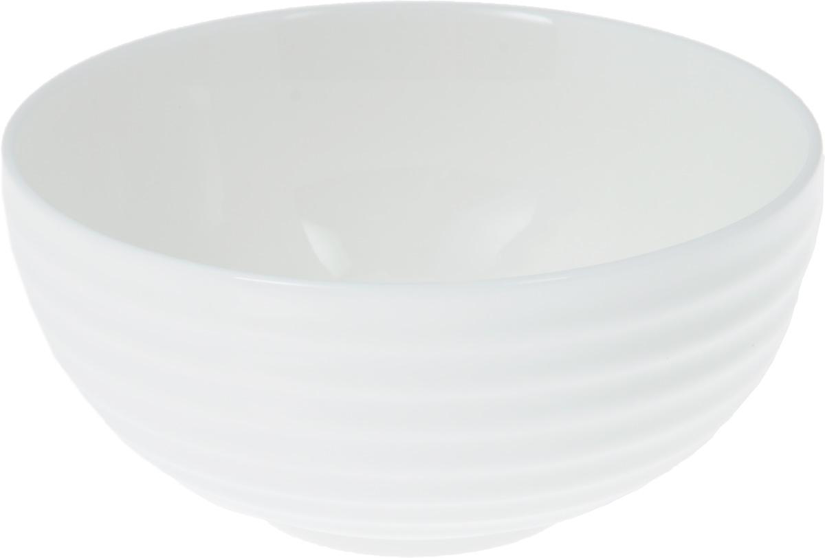 Салатник Wilmax, 360 млWL-992371 / AСалатник Wilmax, изготовленный из фарфора с глазурованным покрытием, прекрасно подойдет для подачи различных блюд: закусок, салатов или фруктов. Фарфор от Wilmax изготовлен по уникальному рецепту из сплава магния и алюминия, благодаря чему посуда обладает характерной белизной, прочностью и устойчивостью к сколами. Особый состав глазури обеспечивает гладкость и блеск поверхности изделия. Такой салатник украсит ваш праздничный или обеденный стол, а оригинальный дизайн придется по вкусу и ценителям классики, и тем, кто предпочитает утонченность и изысканность. Можно мыть в посудомоечной машине и использовать в микроволновой печи. Изделие пригодно для использования в духовых печах и выдерживает температуру до 300°С.