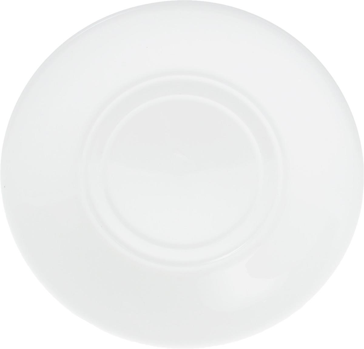 Блюдце Wilmax, диаметр 15 смWL-996100 / AОригинальное блюдце Wilmax изготовлено из фарфора с глазурованным покрытием. Фарфор от Wilmax изготовлен по уникальному рецепту из сплава магния и алюминия, благодаря чему посуда обладает характерной белизной, прочностью и устойчивостью к сколами. Особый состав глазури обеспечивает гладкость и блеск поверхности изделия. Изделие сочетает в себе изысканный дизайн с максимальной функциональностью. Блюдце прекрасно впишется в интерьер вашей кухни и станет достойным дополнением к кухонному инвентарю. Можно мыть в посудомоечной машине и использовать в микроволновой печи. Изделие пригодно для использования в духовых печах и выдерживает температуру до 300°С. Диаметр: 15 см. Высота: 2 см.
