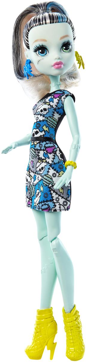 Monster High Кукла Френки Штейн цвет платья черный серый голубойDTD90_DMD46Давно полюбившиеся нам ученицы Школы монстров не боятся быть чудовищами! Они модно приоделись и готовы к занятиям в своей жуткой школе и к леденящим кровь приключениям. Одна из них - Френки Штейн. Её модный наряд прекрасно подходит как для учебы в культовой школе Monster High, так и для приключений за ее пределами. Кукла Monster High Френки Штейн одета в черно-серо-голубое платье с черепами. На ногах - желтые ботильоны на высоких каблуках. Завершают стильный образ зловещей модницы оригинальные желто-синие серьги и желтый браслет. Шикарные длинные волосы куклы можно расчесывать. Вашей малышке понравится воссоздавать сцены или разыгрывать с куклой сюжеты собственных историй. Руки, ноги и колени у куклы шарнирные, это позволяет придать разнообразные позы. Порадуйте поклонницу Монстер Хай удивительной новинкой в мире Школы Монстров, подарив ей эту замечательную куколку.
