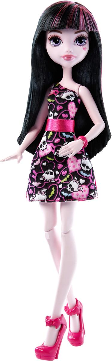 Monster High Кукла Дракулаура цвет платья розовый черныйDTD90_DMD47Давно полюбившиеся нам ученицы Школы монстров не боятся быть чудовищами! Они модно приоделись и готовы к занятиям в своей жуткой школе и к леденящим кровь приключениям. Одна из них - Дракулаура. Её модный наряд прекрасно подходит как для учебы в культовой школе Monster High, так и для приключений за ее пределами. Кукла Monster High Дракулаура одета в черно-розовое платье с сердечками и черепами. На ногах - розовые туфли на высоких каблуках. Завершают стильный образ зловещей модницы розовый браслет с сердечками и в тон ему ободок для волос. Шикарные длинные волосы куклы можно расчесывать. Вашей малышке понравится воссоздавать сцены или разыгрывать с куклой сюжеты собственных историй. Руки, ноги и колени у куклы шарнирные, это позволяет придать разнообразные позы. Порадуйте поклонницу Монстер Хай удивительной новинкой в мире Школы Монстров, подарив ей эту замечательную куколку.