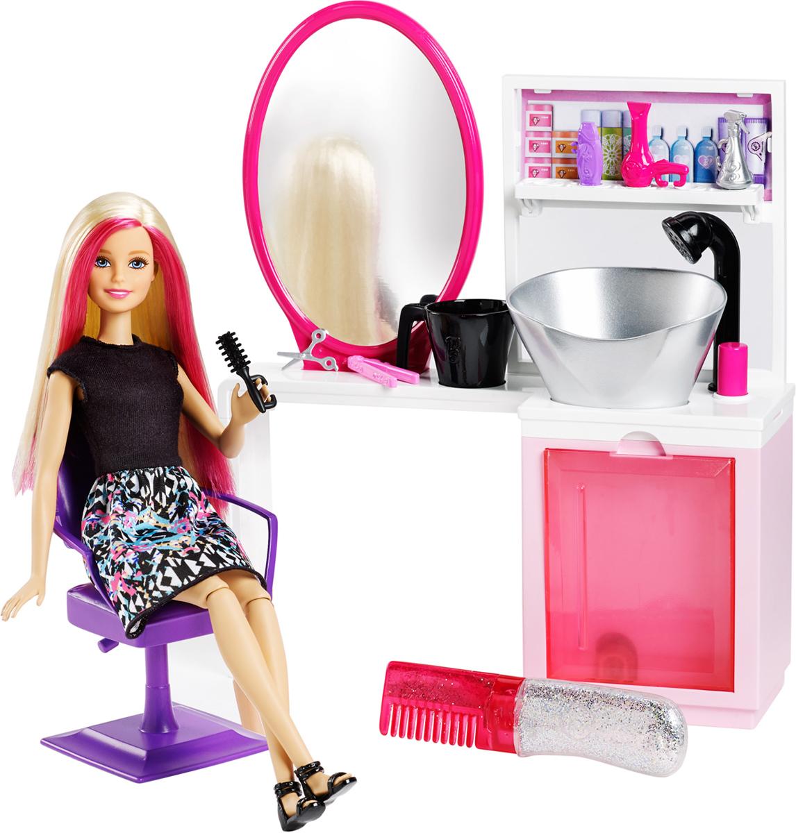 Barbie Игровой набор с куклой для создания блестящих причесок DTK04_DTK05DTK04_DTK05Создай блестящий макияж для куклы Barbie в модном салоне красоты! Выбери набор для розового или сиреневого оттенка волос Barbie — в комплекте с каждым идет уникальный наряд. Уложи волосы Barbie и добавь блесток, затем смой их в настоящей раковине и снова сделай прическу — у стиля нет границ! Добавь немного мыла и воды в контейнер и вымой голову Barbie — все как в реальных салонах! В набор входит одежда Barbie с обувью, а также туалетный столик с работающей раковиной и мылом, стул из салона красоты, расческа с серебристыми блестками и аксессуары — фен, спрей для волос и шампунь, кружка, щетка, плойка и ножницы.