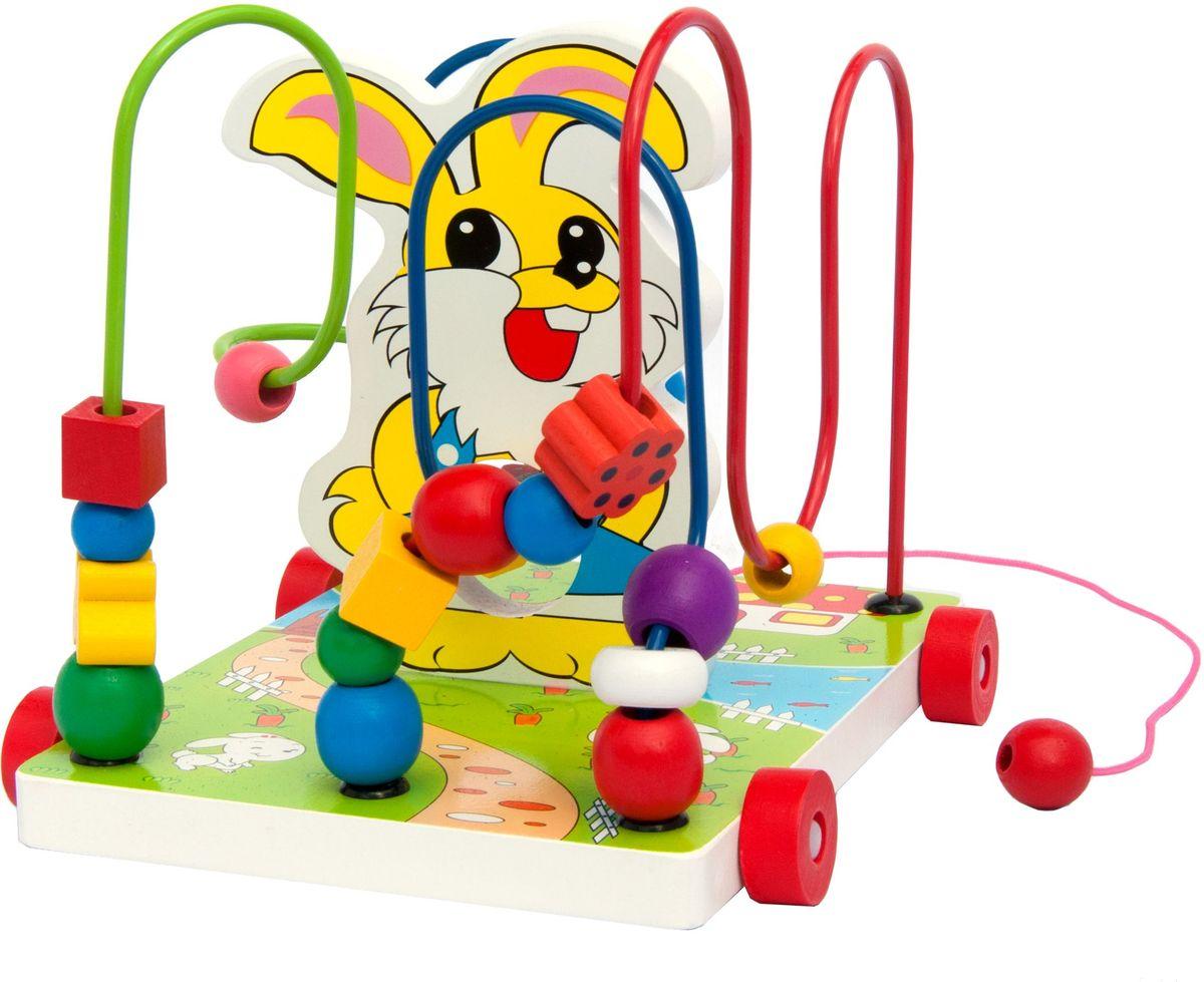 Мир деревянных игрушек Лабиринт каталка - ЗайчикД255Зайчик на ниточке относится к игрушкам лабиринтам и представляет собой красочный подиум-основание, в центре которого - веселый зайчик в синем костюмчике. От одного конца подставки к другому прикреплены три цветные изогнутые проволоки. Они статичны, сгибать их нельзя. На каждую проволоку нанизаны разноцветные фигурки. Они имеют различную форму - шарика, кубика, кольца, бабочки и цветка. На поверхности подиума нарисован домик-грибок, от которого тянется дорожка к мостику через речку, в которой плавают рыбки. За мостом на другом берегу реки – зеленый луг. Задача ребенка – переместить фигурки «домой», т.е. передвинуть их по волнистой дорожке с одной стороны речки на другую и собрать перед зайчиком пирамидкой. Потом фигурки можно вновь отпустить погулять на лужок, т.е. переместить их обратно. При передвижении фигурок необходимо называть ребенку их цвета и цвет дорожки, по которой они бегают.