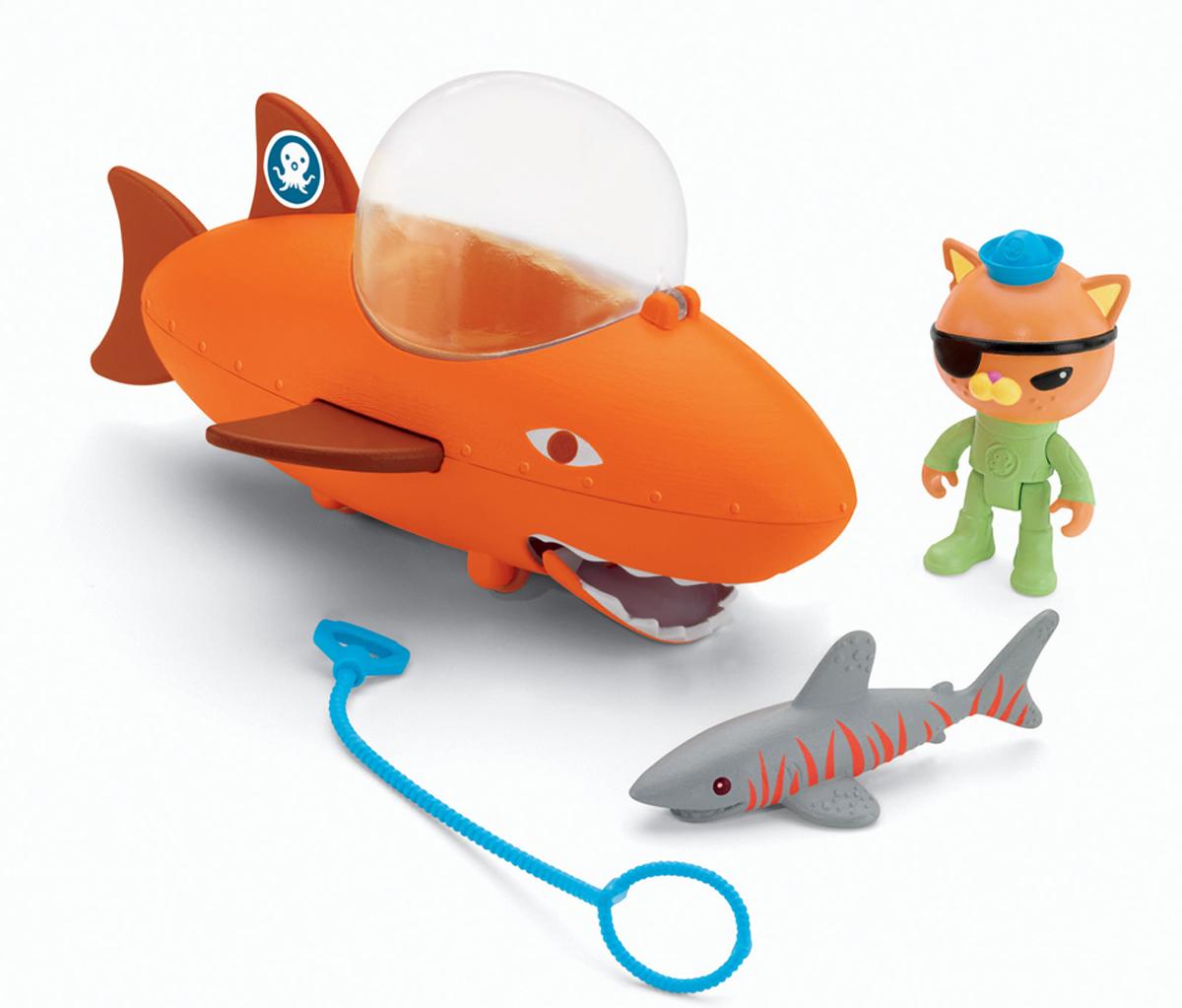 Octonauts Набор фигурок Квази и подводная лодкаT7017_T7018Набор фигурок Квази и подводная лодка изготовлен по мотивам знаменитого детского мультфильма о приключениях октонавтов. Октонавты - это бесстрашная команда исследователей морских глубин, которые живут на подводной базе Октопод с разнообразным флотом водных машин. Они отправляются вперед навстречу морским приключениям. Главный девиз команды - изучать, спасать, защищать! обитателей! А теперь дети могут принимать непосредственное участие в приключениях октонавтов! В каждой подводной лодке есть все необходимое для спасательных операций. Фигурка спасателя с легкостью помещается в подводной лодке. Лодка может выстреливать струей воды! Квази берет специальный гарпун, чтобы поймать огромную акулу. Фигурка акулы меняет цвет в теплой воде. Много незабываемых впечатлений и новых открытий ждет малышей в компании героев мультфильма!