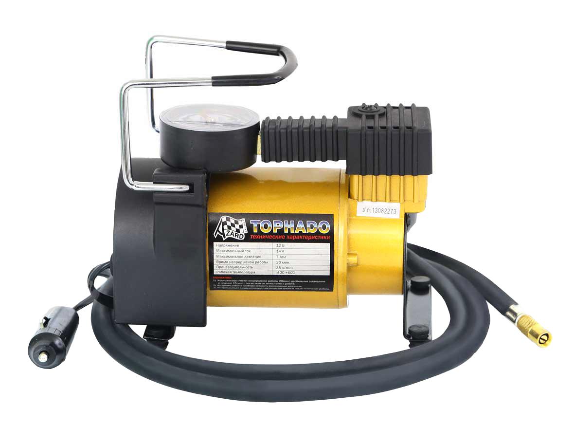 Компрессор Tornado АС 580 R17/35LКОМ00004Автомобильный компрессор Торнадо АС 580 – отличный помощник для любого автомобилиста. Компактное устройство предназначено для быстрой подкачки колес, а также может использоваться для накачивания резиновых лодок, мячей, матрасов. Компрессор отличается простотой и надежностью конструкции. Питание прибора осуществляется через гнездо прикуривателя. Автомобильный плавкий предохранитель в капсуле защищает от скачков тока в сети. Компрессор способен проработать без перерыва до 20 минут. Корпус и поршневая группа Торнадо АС 580 сделаны из металла, что обеспечивает повышенную прочность и увеличенный ресурс компрессора. В комплект входит три насадки-переходника, которые делают компрессор универсальным в использовании. Удобная прочная сумка позволяет компактно хранить компрессор Торнадо АС 580 в багажнике и удобно его переносить.
