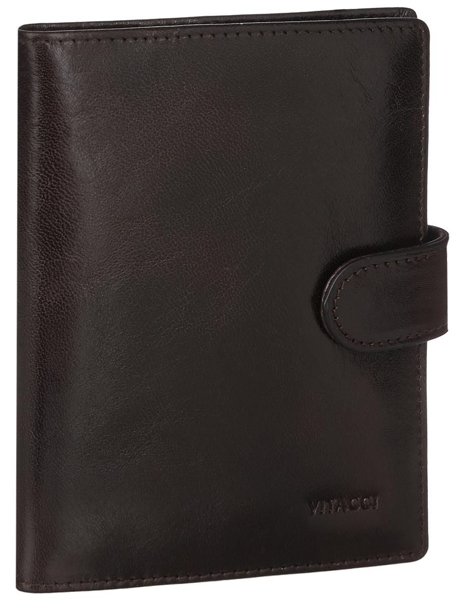 Бумажник водителя Vitacci, цвет: коричневый. HS114HS114Бумажник водителя Vitacci выполнен из натуральной кожи с естественной фактурой и оформлен тиснением в виде символики бренда. Изделие раскладывается пополам и закрывается на хлястик с кнопкой. Внутренний функционал: 4 кармана для кредитных карт, 1 карман с прозрачным пластиковым окошком, 3 боковых кармана для чеков и бумаг и внутренний блок для водительских документов. Вкладыш для автодокументов из прозрачного ПВХ содержит 6 файлов. Изделие поставляется в фирменной упаковке. Стильный бумажник водителя Vitacci станет отличным подарком для человека, ценящего качественные и практичные вещи. Все элементы отлично подходят друг к другу. Изделие замечательно дополнит ваш образ и выставит вас в хорошем свете в любом месте. Данный товар будет удачной находкой для себя или подарком любимому.