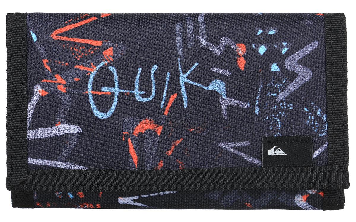 Бумажник мужской Quiksilver Reception ii, цвет: черный. EQYAA03280-KTA7EQYAA03280-KTA7Бумажник Quiksilver выполнен из плотной ткани. Внутри он состоит из одного отделения для купюр, двух небольших отделений для визиток, двух карманов для мелких бумаг и кармана с окошком из прозрачного пластика. С внешней стороны бумажник оснащен карманом для мелочи на застежке-молнии. Изделие закрывается клапаном на липучку. Приятный на ощупь, вместительный и удобный бумажник непременно придется по вкусу и станет любимым аксессуаром. Quicksilver - бренд стильной, удобной и функциональной спортивной одежды и аксессуаров. Вещи от Quicksilver соответствуют самым высоким требованиям, как с точки зрения качества, так и с позиции внешнего вида изделия, а потому одежду этой марки выбирают и профессиональные спортсмены и энтузиасты-любители.
