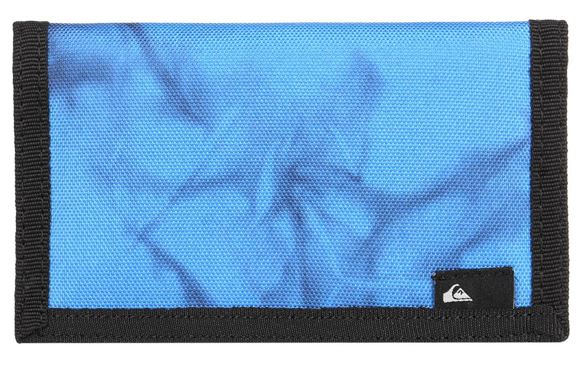 Бумажник Quiksilver Reception ii, цвет: голубой. EQYAA03280-BLJ6EQYAA03280-BLJ6Бумажник Quiksilver выполнен из плотной ткани. Внутри он состоит из одного отделения для купюр, трех небольших отделений для визиток, кармашка для мелких бумаг и кармана с окошком из прозрачного пластика. С внешней стороны бумажник оснащен карманом для мелочи на застежке-молнии. Изделие закрывается клапаном на липучку. Приятный на ощупь, вместительный и удобный бумажник непременно придется по вкусу и станет любимым аксессуаром. Quicksilver - бренд стильной, удобной и функциональной спортивной одежды и аксессуаров. Вещи от Quicksilver соответствуют самым высоким требованиям, как с точки зрения качества, так и с позиции внешнего вида изделия, а потому одежду этой марки выбирают и профессиональные спортсмены и энтузиасты-любители.