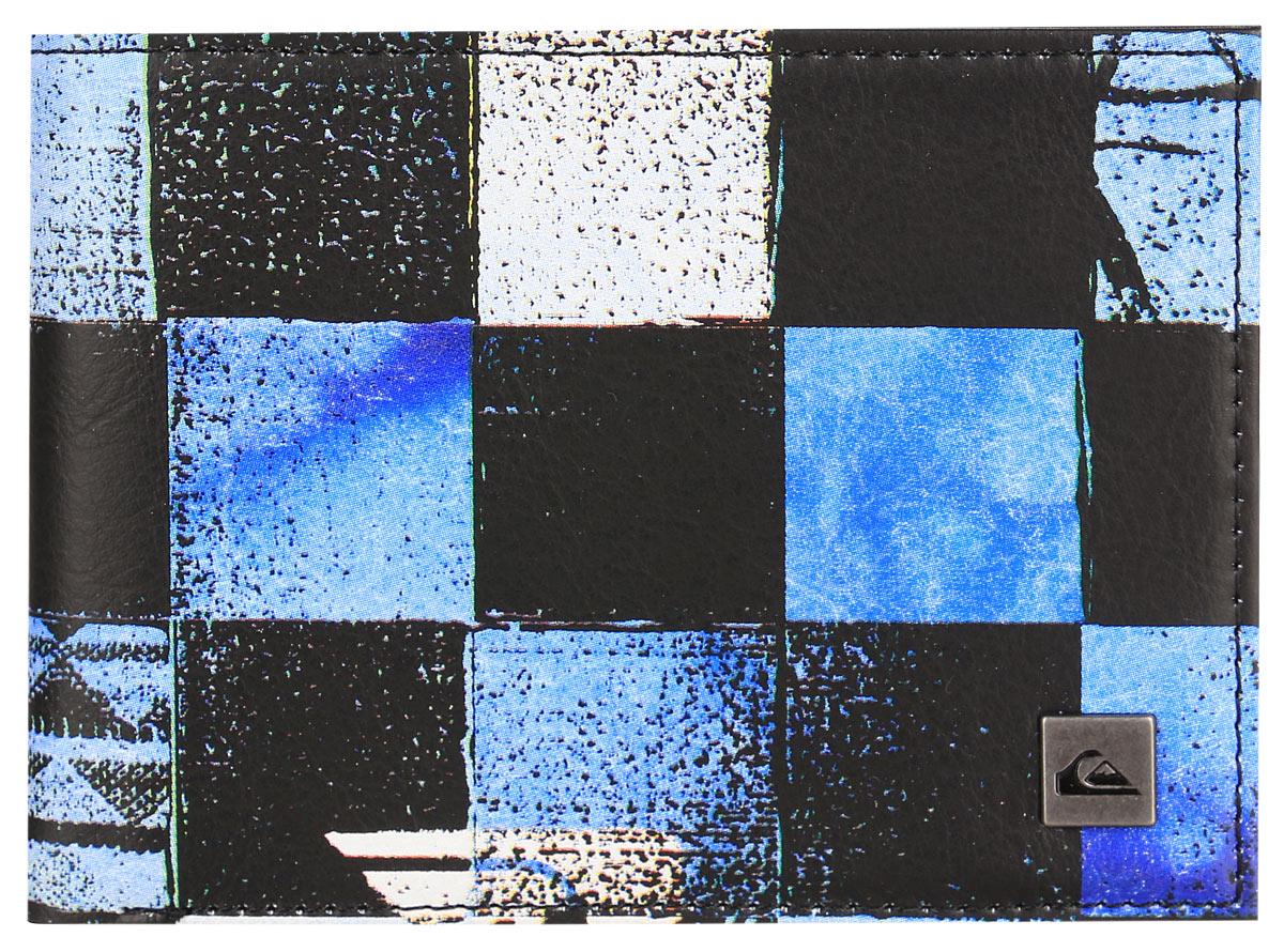 Бумажник Quiksilver Freshness ii, цвет: синий клетка. EQYAA03278-BLN6EQYAA03278-BLN6Бумажник Quiksilver выполнен из плотного полиуретана и имеет 2 разворота. Внутри он состоит из одного отделения для купюр, шести прорезных карманов для визиток, трех кармашков для чеков и мелких бумаг и кармана с окошком из прозрачного пластика. Так же на внутреннем развороте бумажник оснащен карманом для мелочи на застежке-молнии. Приятный на ощупь, вместительный и удобный бумажник непременно придется по вкусу и станет любимым аксессуаром. Quicksilver - бренд стильной, удобной и функциональной спортивной одежды и аксессуаров. Вещи от Quicksilver соответствуют самым высоким требованиям, как с точки зрения качества, так и с позиции внешнего вида изделия, а потому одежду этой марки выбирают и профессиональные спортсмены и энтузиасты-любители.