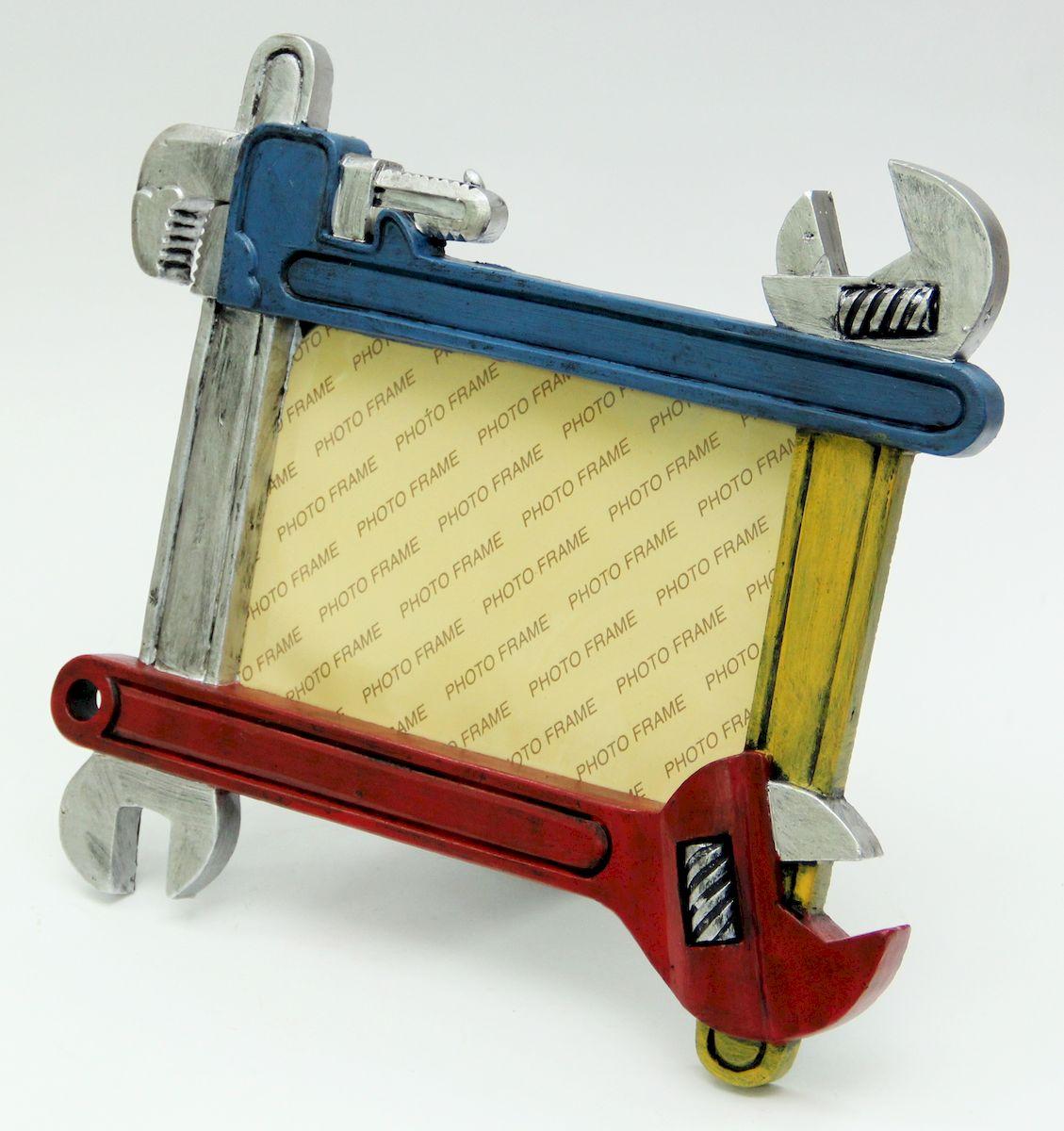 Фоторамка декоративная Magic Home Гаечные ключи. 4107641076Оригинальная фоторамка непременно понравится любому мужчине. Рамку образуют декоративные гаечный, газовый и разводные ключи, изговтоленные из полирезина. Ярка фоторамка станет приятным и забавным подарком другу, коллеге и близкому человеку.