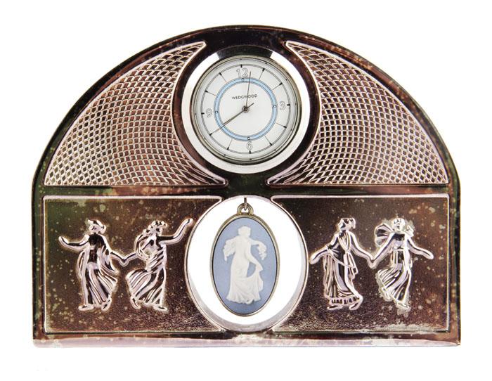 Wedwood! Настольные часы Танец муз.ОС27214Wedwood! Настольные часы Танец муз. Металл, глубокое серебрение, бисквит, стекло, кварцевый часовой механизм. Wedgwood, Великобритания, вторая половина XX века. Высота 9,5 см, ширина 12,5 см. Диаметр циферблата 3 см. Сохранность хорошая. На корпусе часов сверху - клеймо WEDGWOOD. Корпус часов выполнен из посеребренного металла, украшен рельефными изображениями танцующих муз. Часы украшены бисквитным медальоном, выполненном в традиционных бело-голубых цветах. Великолепный оригинальный подарок и прекрасное дополнение Вашей коллекции! Изделия фабрики Веджвуд (Wedgwood) считаются общепризнанным эталоном утонченной эстетики и английского качества.