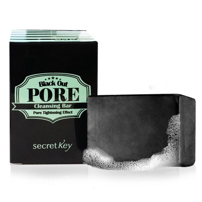 Secret Key Мыло с древесным углем для очищения и сужения пор Black out pore cleansing bar, 85 гS9Мыло ручной работы «Black Out Pore Cleansing Bar Pore Tightening Effect» подходит для ежедневного очищения кожи от макияжа, удаляет загрязнения пор и сужает их, отшелушивает мертвые клетки, придает коже гладкость и свежесть, способствует избавлению от угрей и прыщей. Подходит также для чувствительной кожи. Объем: 85гр.