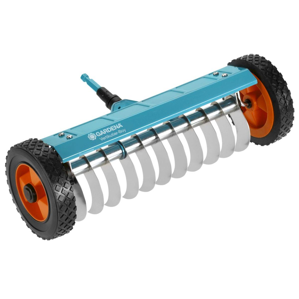 Прореживатель на колесах Gardena03395-20.000.00Прореживатель на колесах Gardena позволяет удалять мох, сорняки и отмершую траву с участка, улучшая тем самым восприимчивость почвы к воздуху, воде и питательным веществам. Специальные зубья с гладким торцом из высококачественной нержавеющей пружинной стали легко проникают в почву на незначительную глубину и удаляют нежелательную отмершую траву и солому. Удобство работы прореживателем повышается за счет надежных колес, снабженных специальными протекторами, а также вспомогательной опоры. Прореживатель на колесах можно использовать с любой ручкой, однако рекомендуется использовать ручку длиной 180 см, в зависимости от роста пользователя. Рабочая ширина - 32 см.