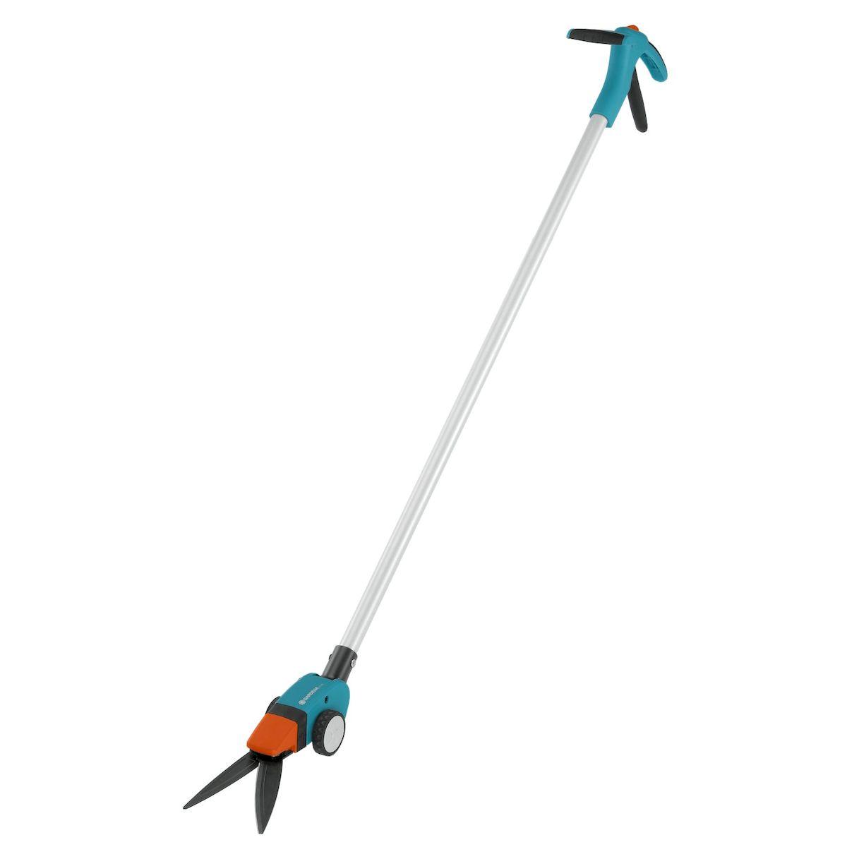 Ножницы для травы Gardena Comfort, поворотные08740-20.000.00Поворотные ножницы для травы Gardena Comfort с длинной рукояткой позволяют легко и точно подстригать кромки газонов из положения стоя, без нагрузки на позвоночник. Для облегчения управления и удобства ведения ножницы снабжены большими колесами. Угол наклона рукоятки регулируется, так что ее можно настроить в соответствии с ростом пользователя, обеспечив максимальную эргономичность. Удобная форма рукоятки гарантирует комфортную работу без необходимости наклоняться. Равномерность и точность стрижки достигается благодаря волнообразным лезвиям ножниц с покрытием от налипания. Лезвия поворачиваются в обе стороны до 90°, что обеспечивает свободный доступ в любую точку и маневренность. Специальная ножевая опора позволяет получить ровный и чистый срез по всей длине лезвия. Удобный фиксатор, положение которого меняется одной рукой, дает возможность легко и быстро заблокировать ножницы. Для удобства хранения имеется петля для подвешивания.