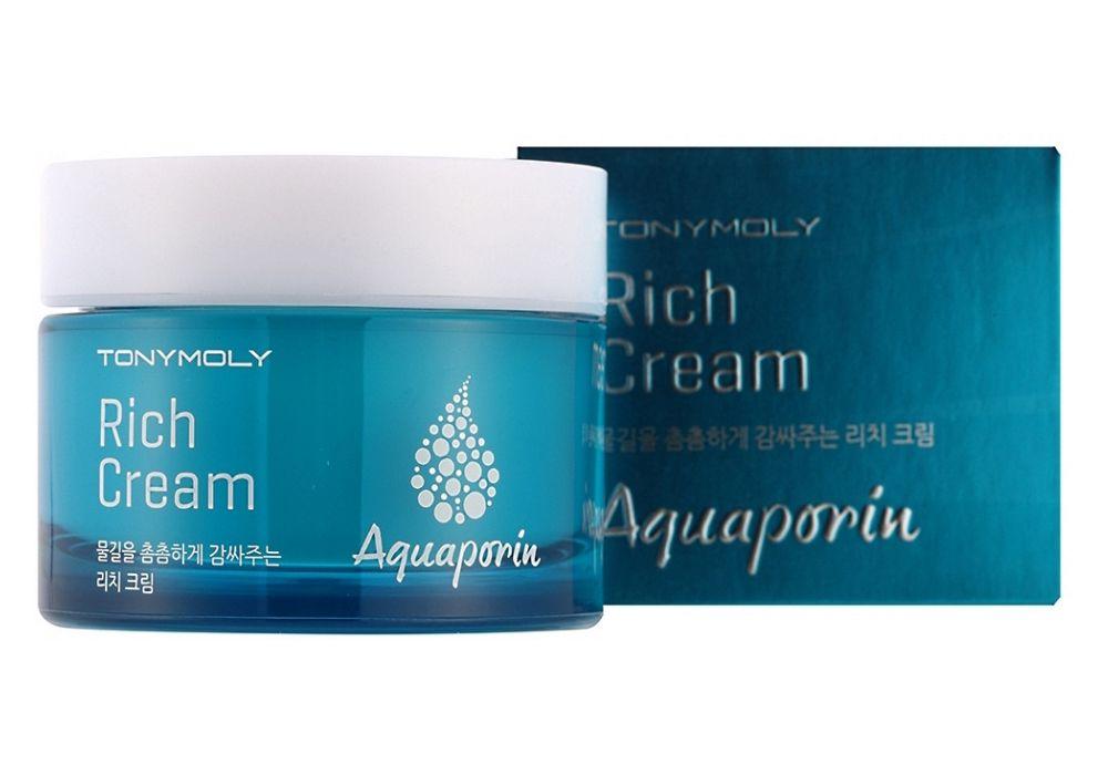 TonyMoly Увлажняющий крем для лица Aquaporin Rich Cream, 45 млSB04015600Питательный крем с аквапоринами Tony Moly Aquaporin Rich Cream благоприятно оказывает на кожу лица, шеи мягкое успокаивающее, увлажняющее, восстанавливающее воздействие. Крем имеет воздушную, легкую гелевую микротекстуру. Ложась на кожу, даёт ей ощущение комфорта, бодрящую свежесть. Аквапорины, заключающиеся в креме, повышают упругость, увлажненность и эластичность, ограничивают потерю влаги кожей лица. Ламинарии оказывают иммуномодулирующий эффект, противовоспалительный и ранозаживляющий. Эликсир коры ивы белой энергично борется с угревыми высыпаниями, прыщами, нарывами. Масло ореха макадамии восстанавливает, оздоравливает, возвращает тонус коже лица. Каждодневное применением питательного крема благоприятным образом сказывается на состоянии кожи, делая ее обновленной, отдохнувшей и сияющей.