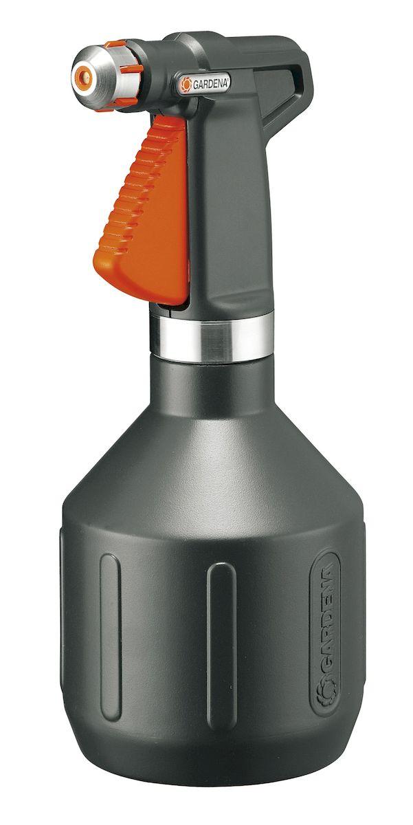 Опрыскиватель ручной Gardena Premium, 1 л00806-20.000.00Опрыскиватель ручной Gardena Premium вмещает 1 л воды и является универсальным инструментом для полива домашних растений. Опрыскиватель изготовлен из современных высококачественных материалов. Форсунка снабжена вставкой из нержавеющей стали, кольцо выполнено из нержавеющей стали. Стильный дизайн за счет корпуса темного цвета делает опрыскиватель идеальным инструментом для использования в домашних условиях. Режим мелкодисперсного орошения позволяет ухаживать за уязвимыми растениями. Ручка эргономичной формы идеально лежит в руке, а форсунка позволяет плавно регулировать режим подачи воды: от сильной струи до мелкодисперсного распыления. Кроме этого, широкое заливочное горло облегчает процесс заливки воды. Практичный фильтр на всасывающем патрубке предохраняет форсунку от засорения. Опрыскиватель снабжен индикатором уровня, который позволяет определить количество оставшейся жидкости, не открывая емкость.
