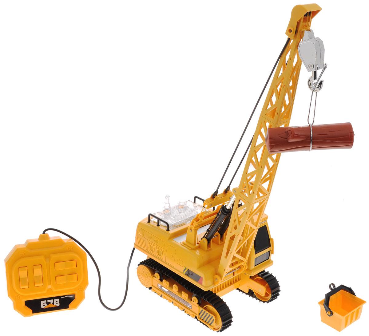 ABtoys Подъемный кран на проводном управленииC-00164Подъемный кран на проводном управлении ABtoys обязательно привлечет внимание вашего ребенка. Игрушка выполнена из прочного пластика в виде подъемного крана на гусеничном ходу с высокой степенью детализации. Игрушка может двигаться вперед, назад, поворачивать направо и налево, поднимать и опускать стрелу, поворачивать башню на 680° (почти два полных оборота). Движение крана, его стрелы, повороты башни управляются с помощью проводного пульта. Работа игрушки сопровождается световыми и звуковыми эффектами. В комплекте с краном также идет ковш, который можно подвесить к крюку стрелы, и бревно. Малыш проведет с этой игрушкой много увлекательных часов, воспроизводя свою стройку. Ваш ребенок будет в восторге от такого подарка! Для работы игрушки необходимы 6 батареек типа АА напряжением 1,5V (не входят в комплект).