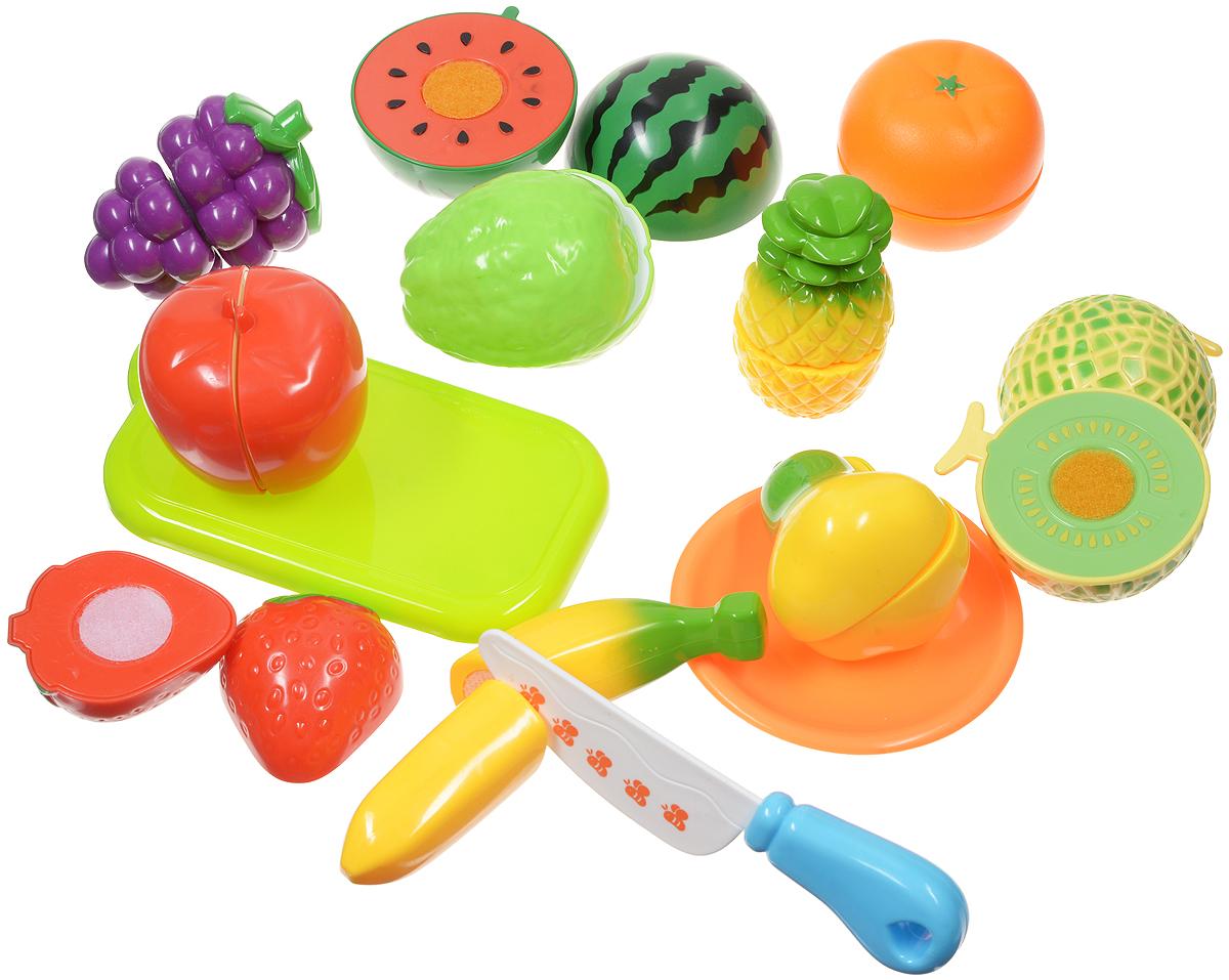 ABtoys Игрушечный набор продуктов цвет доски салатовый 13 предметовPT-00283Игрушечный набор продуктов ABtoys - удобный способ в игровой форме научить ребенка основным обязанностям и технике безопасности. В игровой набор входят безопасный игрушечный ножик, разделочная доска, виноград, клубника, арбуз, ананас и многое другое. Очень яркие и натурально выглядящие муляжи фруктов разделены на половинки и соединены между собой липучкой. И когда ребенок ножом разрезает игрушечные продукты, то получается такой же характерный звук, как у мамы, когда она на кухне нарезает продукты. Эта реалистичность, несомненно, вызовет восторг у девочки, и разнообразит ее игры. С таким дополнением к детской кухне, девочка станет самой настоящей маленькой хозяюшкой, и с удовольствием накормит обедом своих кукол. Набор не содержит мелких деталей, поэтому ребенок может играть с ним и дома, и на улице, не боясь потерять, что-либо. Набор выполнен из безопасных материалов.