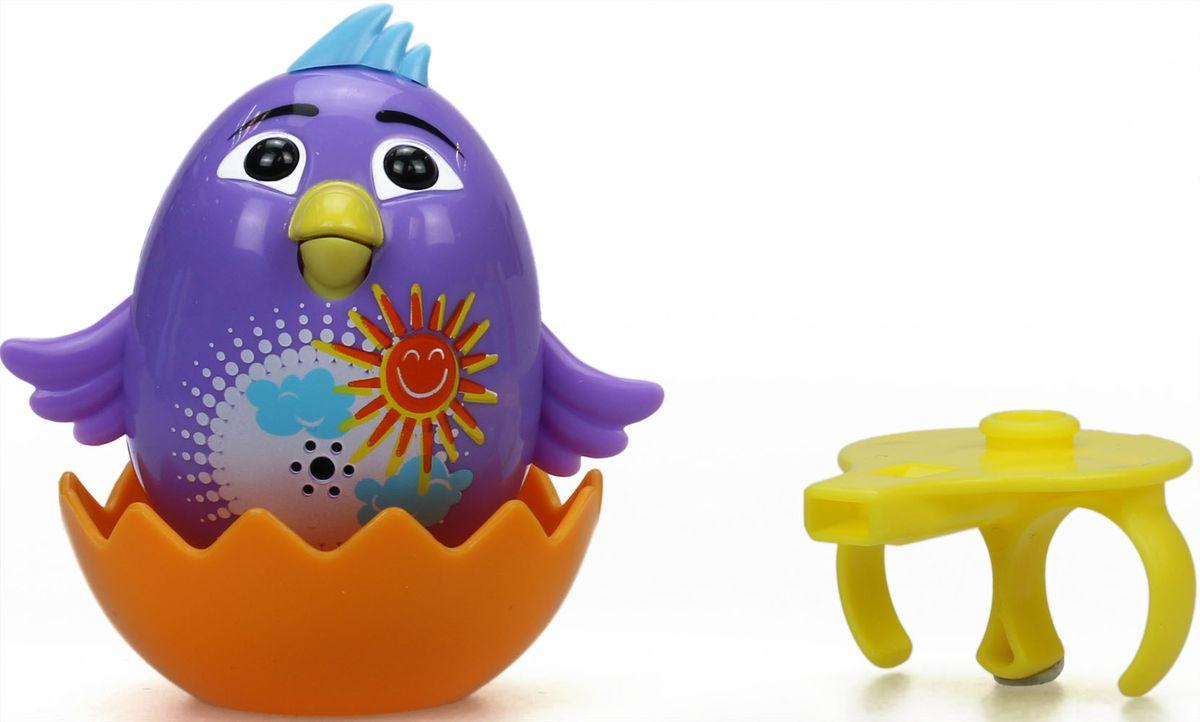 DigiBirds Интерактивная игрушка Цыпленок с кольцом Violet88280-1У вас есть шанс получить уникального домашнего питомца - поющую птичку. Не каждый может похвастаться этим. Интерактивная игрушка DigiFriends Цыпленок с кольцом Violet - это умная интерактивная птичка, которая будет развлекать вас различными мелодиями, пением и ритмичными движениями. Для активизации птички необходимо подуть на нее. Чтобы активировать режим проигрывания мелодий достаточно посвистеть в свисток, который имеется в комплекте. Игрушка издает 55 вариантов мелодий и звуков. Кольцо-свисток может служить как переносной насест для птички. Ребенок может надеть кольцо на два пальца, закрепить там игрушку и свободно играть или даже бегать. Птичка устойчива на любой ровной поверхности. Игрушка может поворачивать голову и шевелить клювом в такт мелодии. Игрушка работает в двух режимах: соло и хор. Можно синхронизировать неограниченное количество птичек или других персонажей DigiFriends. Главным в хоре становится персонаж, которого включили...