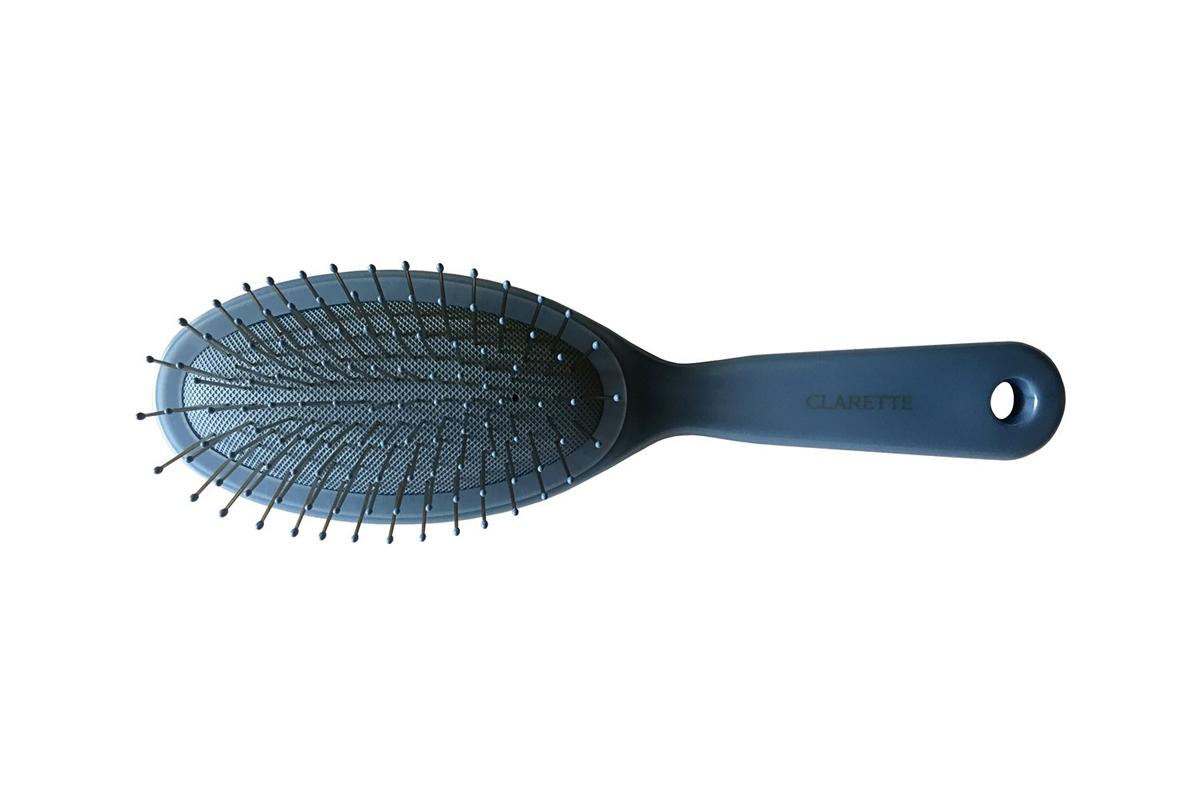 Clarette Щетка для волос на подушке с металлическими зубцами, цвет: голубойCPB 621Коллекция Clarette Перламутр- это расчески, щетки и термо-брашинги для ухода за волосами. Коллекция изготовлена из перламутрового пластика в яркой цветовой гамме. Металлические зубья с массажными шариками на концах обеспечивают деликатный массаж кожи головы, стимулируя рост волос. Уникальная форма металлических зубьев защищает их от продавливания, тем самым увеличивая срок службы щетки.