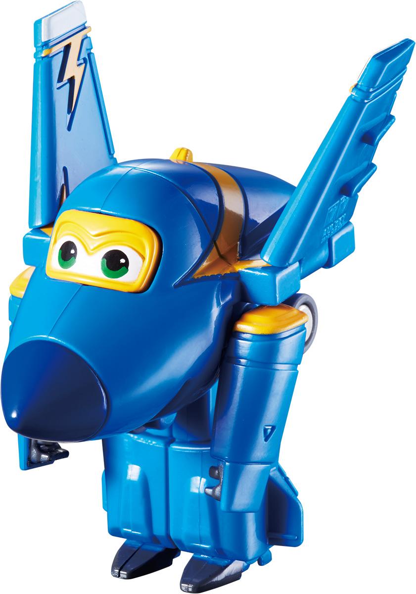 Super Wings Трансформер Джером YW710030YW710030Игрушка - трансформер Джером надолго займет внимание вашего ребенка. Игрушка выполнена из безопасного пластика в виде самолета по имени Джером, полностью повторяющего персонажа популярного мультсериала «Super Wings». Ваш ребёнок сможет всего за 3 шага превратить самолет в робота и обратно. Джетт, Донни, Диззи, Мира, Джером и Бэлло доставляют ценные посылки мальчикам и девочкам в любую точку земного шара. Отважные герои учат ребят находить решения для непростых задач: от лепки китайских пельменей до спасения людей от извержения гавайского вулкана. Шасси свободно вращаются, крылья истребителя трансформируются в руки, а ноги робота легко выдвигаются из хвостовой части и убираются обратно Эта игрушка непременно понравится вашему малышу, ведь она развивает любознательность, пространственное мышление, логику и мелкую моторику рук.