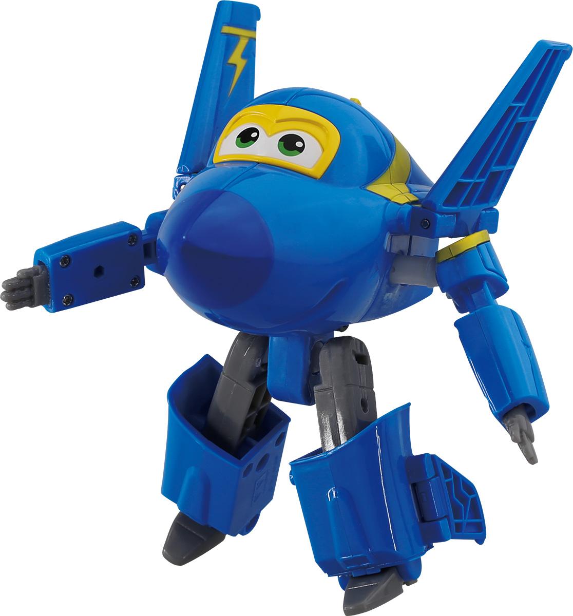 Super Wings Трансформер Джером YW710230YW710230Суперкрылья (Super Wings) - дружная команда самолетов из многосерийного обучающего мультфильма. Для детей они - настоящие друзья, которые придут на помощь, когда бы они ни понадобились! Джетт, Донни, Диззи, Джером и Альберт доставляют ценные посылки мальчикам и девочкам в любую точку земного шара. Отважные герои учат ребят находить решения для непростых задач: от лепки китайских пельменей до спасения людей от извержения гавайского вулкана. Если вы хотите познакомить ребенка с географией, культурой, традициями и языками разных стран, то герои Super Wings - ваши лучшие помощники. Трансформер Super Wings Джером полностью повторяет персонажа популярного мультсериала. Ребенок сможет всего за 10 шагов превратить самолет в робота и обратно. Шасси свободно вращаются, крылья истребителя трансформируются в руки, а ноги робота легко выдвигаются из хвостовой части и убираются обратно. Игрушка развивает любознательность, пространственное мышление, логику и мелкую моторику.