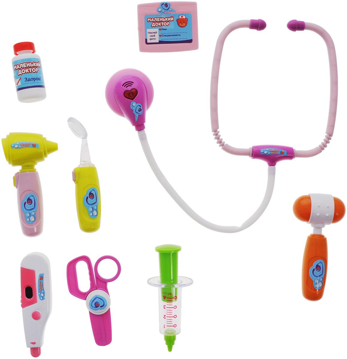 ABtoys Набор медицинских инструментов Маленький доктор 10 предметовPT-00334Игровой набор ABtoys Маленький доктор включает в себя 10 предметов, при помощи которых ребенок сможет производить осмотр игрушечным пациентам, назначать лечение, и лечить. Набор доктора упакован в кейс с удобной ручкой для переноски. В наборе доктора есть стетоскоп, зеркальце, бейджик, баночка с лекарством, шприц, отоскоп, термометр, ножницы, молоточек, кейс. С этим замечательным набором малыш сможет почувствовать себя квалифицированным специалистом. Теперь все игрушки будут совершенно здоровы!