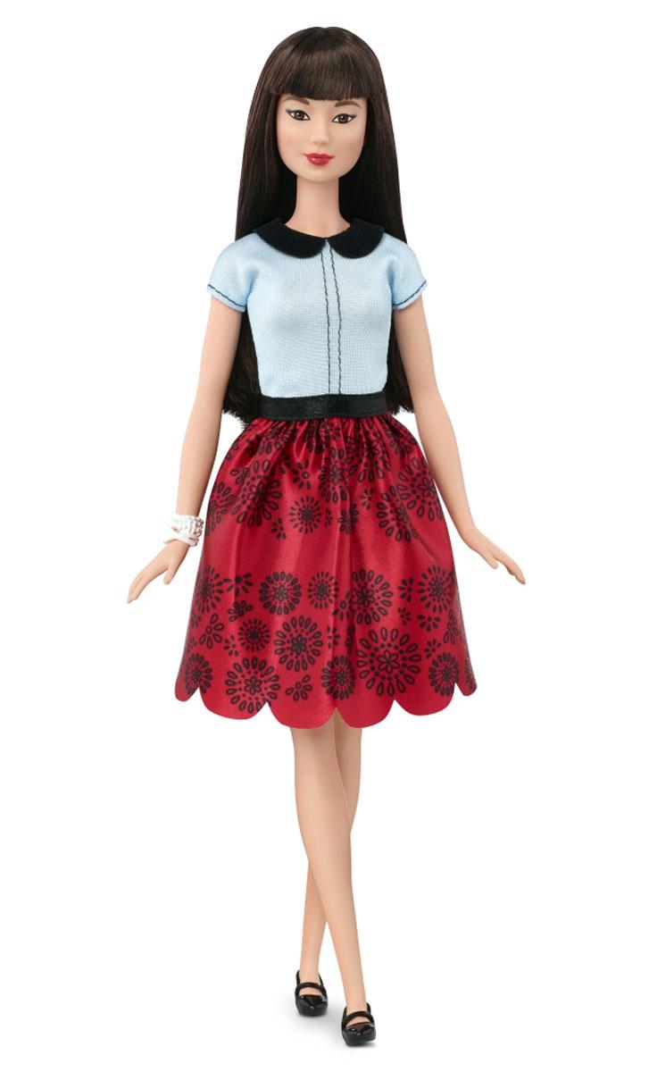 Barbie Кукла Fashionistas цвет наряда светло-голубой красныйDGY54_DGY61Очаровательная кукла Barbie Fashionistas порадует вашу малышку и доставит ей много удовольствия от часов, посвященных игре с ней. Кукла с длинными темно-коричневыми волосами одета в стильную красную юбку с черными узорами и светло-голубую футболку, на ногах куколки - оригинальные черные туфельки. Модный образ куклы дополняет браслет на руке. Куклы Barbie Fashionistas - это множество образов и море удовольствия! Станьте модельером и подбирайте новые дизайнерские решения! У кукол различный цвет волос, глаз и кожи, разные прически, разная форма лица. Им подходит любой стиль: спортивные маечки и современная высокая мода, популярные платья в горошек и блузки с принтами, богемный шик и рокерские наряды, босоножки на каблуках, балетки, кроссовки, милые ботиночки. Барби любят украшения: бусы, очки, сережки. Они могут носить челки и проборы, кудряшки и прямые волнистые волосы, быть брюнетками, блондинками и рыжими, краситься в абсолютно черный и в современный пурпурный цвет. ...