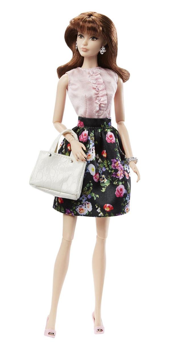 Barbie Кукла Городской блеск цвет наряда черный светло-розовыйDGY11_DGY08Шикарная кукла Barbie Городской блеск - королева стиля. В любой ситуации она выглядит сногсшибательно и ярко. Кукла одета в юбку, украшенную цветочным принтом и светло-розовую блузу, на ногах - изысканные босоножки. Стильный образ дополняют браслет, серьги и сумочка. Пышные волосы, будто настоящие, ресницы куклы подчеркивают выразительность и красоту глаз. Также в комплекте имеются аксессуары: чашка с блюдцем, тарелка с пирожным и меню. В запястьях, локтях и коленях игрушки находятся шарнирные механизмы, благодаря чему у куклы двигаются и сгибаются руки и ноги, она может принимать различные позы. Кукла Barbie Городской блеск создана для настоящих коллекционеров, истинных ценителей уникальных кукол. Кукла не может стоять самостоятельно, для этого в набор входит подставка.