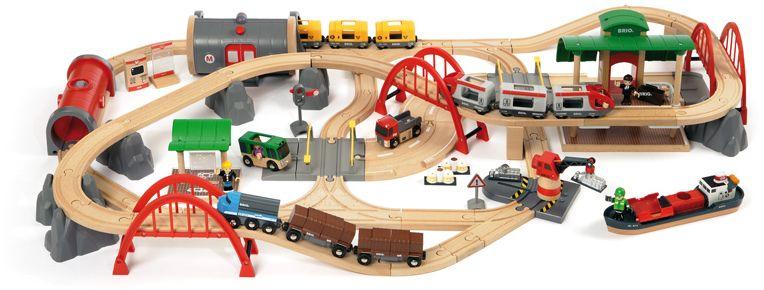Brio Железная дорога Люкс33052Железная дорога Люкс от BRIO - это целый многофункциональный город в одном наборе! В нем вы построите и мосты, и порт, и авто-переезды, и метрополитен, и многое-многое другое. Поезда, в том числе работающий от батареек со светом и реалистичным звуком, вагончики, машинки, аксессуары и человечки - также к вашим услугам. Здесь да предела фантазии - этот город можно модернизоровать и перестраивать по своему желанию практически до бесконечности. Хранить удобно - набор упакован в вместительный контейнер-коробку.