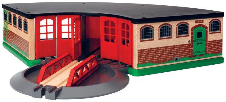 Brio Депо большое33736Большое 5-дверное депо на несколько поездов оснащено поворотным механическим треком-мостом, чтобы направлять каждый поезд в свой гараж. Задние двери депо также открываются по системе купе. 3 элемента.
