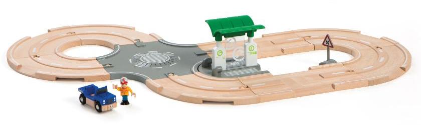 Brio Железная дорога в наборе с автодорогой перекрестком заправкой33747BRIO игр.наб.с автодорогой,перекрестком,заправкой,1 фиг.,1 машинка,37х12х27см,кор.