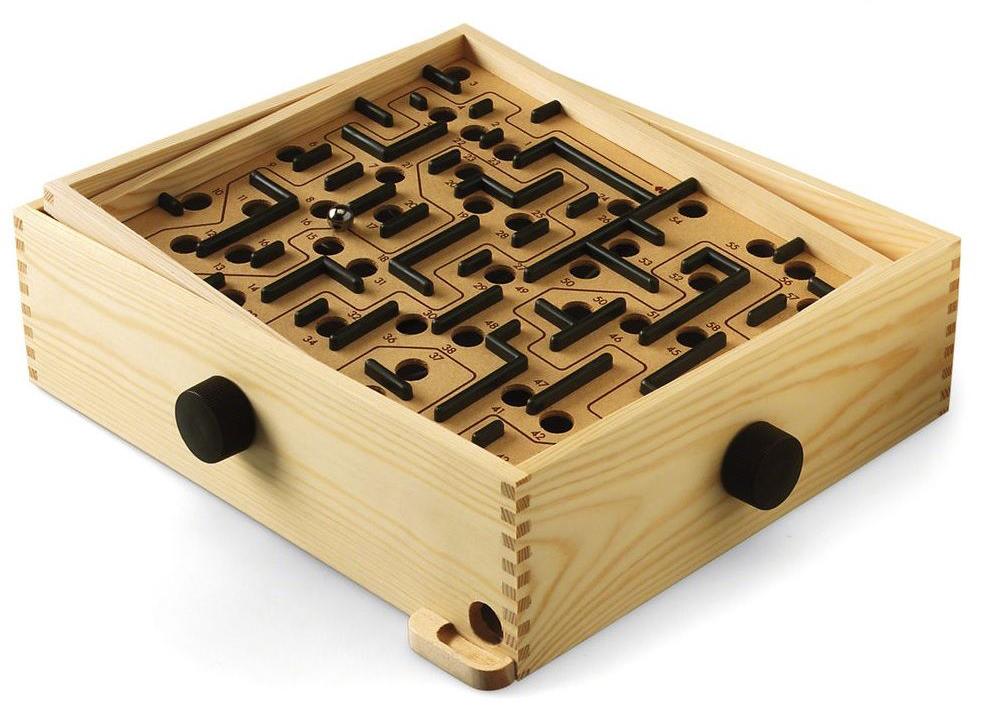 Brio Настольная игра Лабиринт34000Раскачивайте и вращайте - вот основные действия при игре в деревянный лабиринт BRIO. Используя ручки, расположенные на торцах лабиринта, необходимо таким образом наклонять игровое поле, чтобы прокатить металлический шарик от его начала до конца и не закатить его ни в одно из многочисленных отверстий. Каждое отверстие имеет своё число баллов, которые начисляются игроку за попадание в него шариком. Чем ближе расположено отверстие к финишу лабиринта, тем большее число баллов будет Вам начислено. Тем самым, чем большее расстояние Вам удастся прокатить шарик по лабиринту и чем ближе Вы подбираетесь к финишу, тем большее количество баллов Вы набираете. В лабиринт могут играть игроки всех возрастов, в него можно играть весёлой компанией или всей семьёй, распределив ручки управления наклоном поля между всеми участниками.