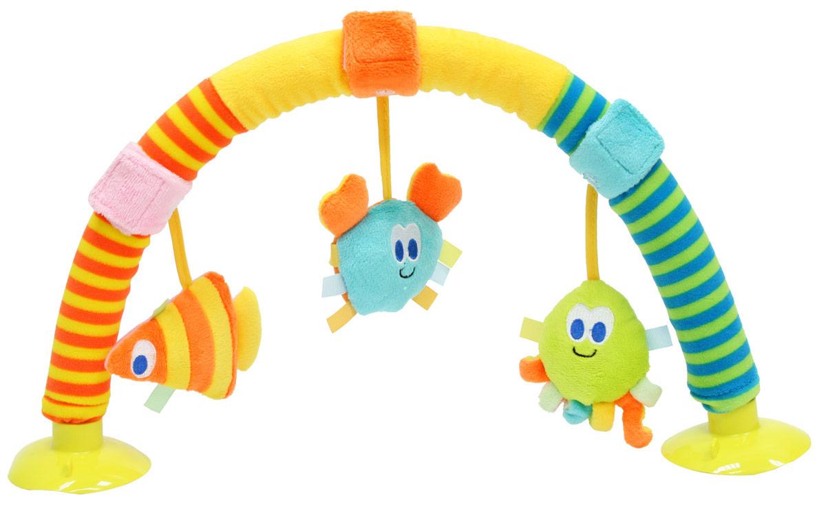 Mara Baby Развивающая дуга Дуга Морские обитатели17065Развивающая игрушка Морские обитатели - дуга на присосках, удобна для использования в манеже или на коврике. Три подвесных морских обитателя с пищащими и шуршащими элементами. Игрушки на липучках, легко снимаются. Игрушка привлекают внимание и способствуют развитию тактильного, зрительного и слухового восприятия.