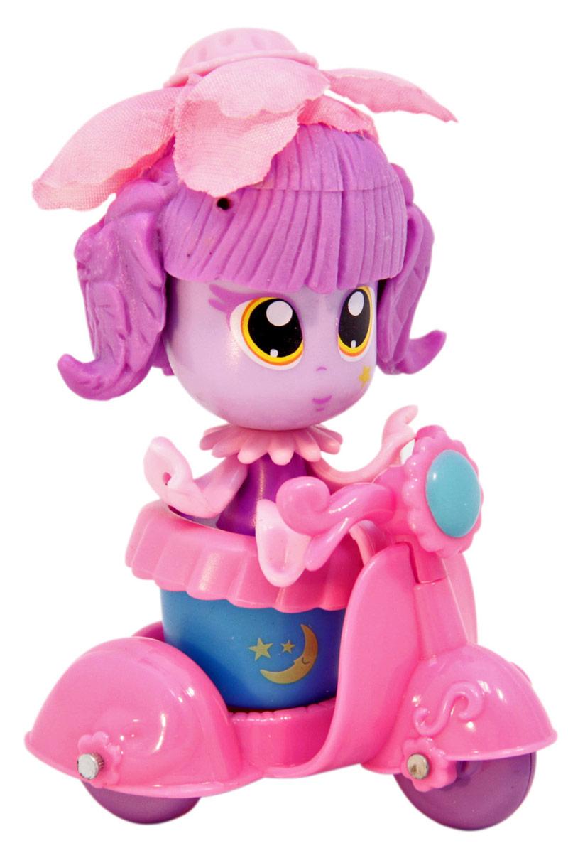 Daisy Игровой набор с куклой Цветочек с аксессуарами 1880618806Куклы-цветочки Daisy Flowers в наборах с яркими аксессуарами, наклейками, забавными питомцами и даже домом-лейкой! Милые куколки-цветочки - это разноцветные разборные игрушки, которые могут меняться между собой прическами, цветочными шляпками и аксессуарами. В ассортименте разные виды наборов: можно выбрать комплект кукол с аксессуарами, со сказочным питомцем, или даже c домом-лейкой и мини-мебелью. Куколки-цветочки можно наряжать, меняя их образы, брать с собой в дорогу или в гости! Собери коллекцию и подружи куколок между собой!