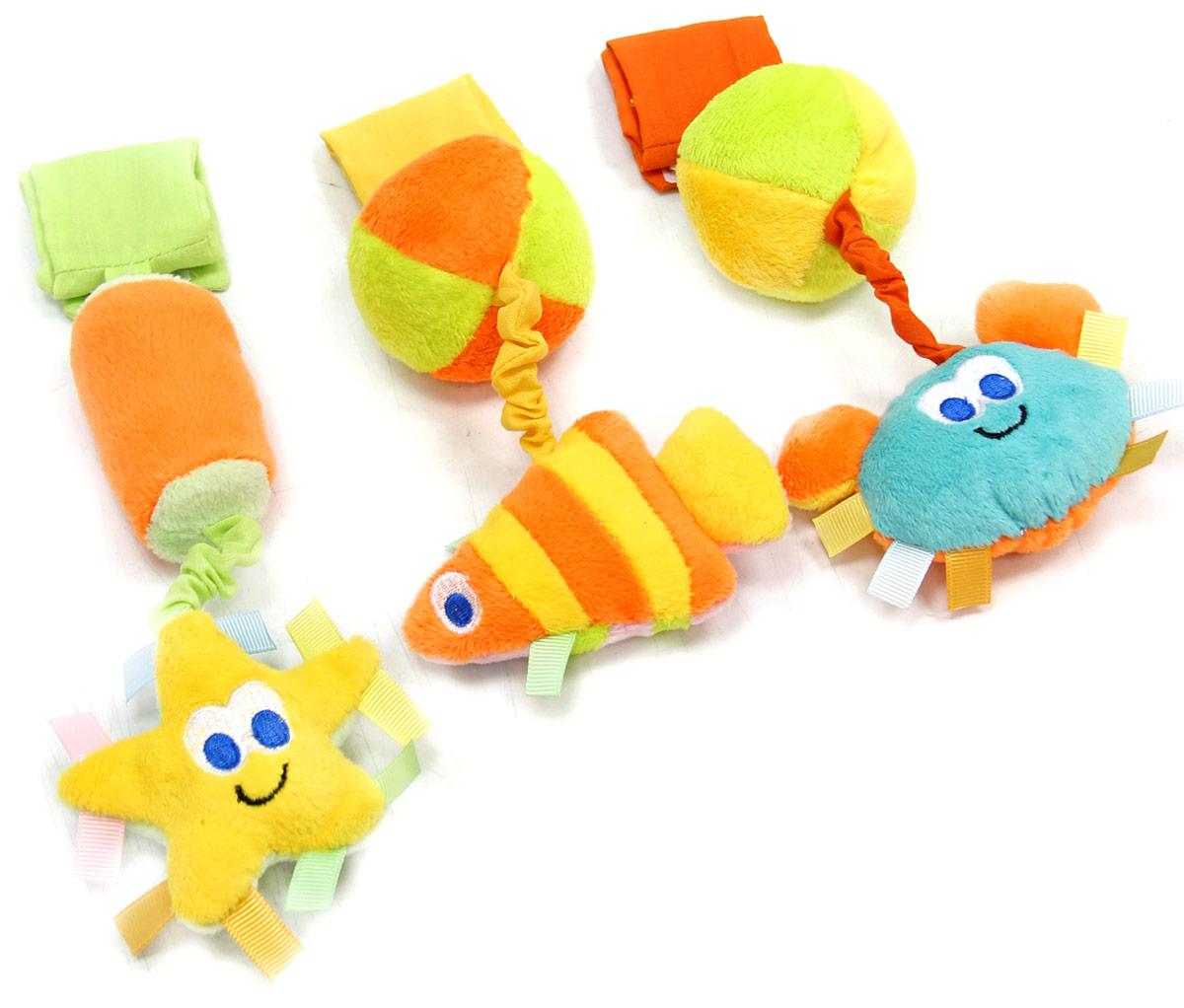 Mara Baby Игрушка-подвеска Синее мореB-11013Развивающие игрушки учат малыша взаимодействовать с окружающим миром, знакомят со свойствами разных предметов, помогают развивать основные рефлексы (внимание, моторику рук, цветовое восприятие). Развивающая игрушка подвеска Синее море состоит из трех элементов, каждый из них можно по отдельности вешать на кроватку или коляску при помощи липучки. Рыбка шуршалка с шариком погремушкой, Звездочка пищалка с бочонком погремушкой, Крабик пищалка с шариком погремушкой. Игрушка привлекает внимание и способствует развитию слуха и зрения.