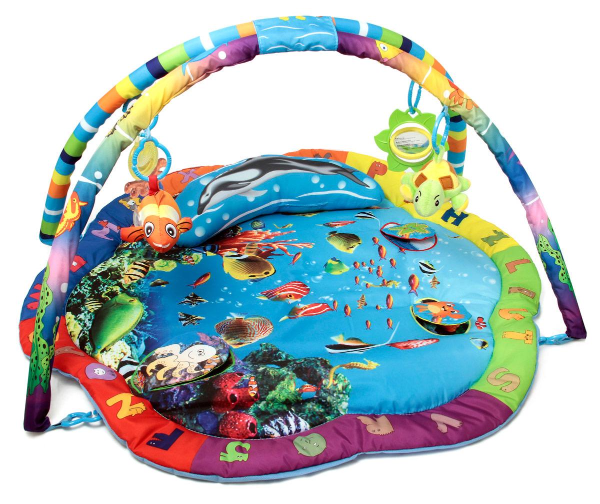 Ути-Пути Развивающий коврик Разноцветный океан25989Современным родителям известно, что развивать ребенка нужно с первых лет жизни. Именно поэтому все большую популярность среди современных мам и пап завоевывают детские развивающие коврики. Они позволяют не только увлечь ребенка интересной игрой, но и развить моторику, учат детей различать формы и цвета и выполняют множество других функций. Детские коврики помогают создать уникальную среду, в которой ребенок может веселиться и развиваться. Детские коврики помогают создать уникальную среду, в которой ребенок может веселиться и развиваться. Развивающий коврик Ути-Пути Разноцветный океан включает в себя сам коврик, мягкую подушечку, мягкую рыбку с гремящими шариками внутри, светящуюся музыкальную черепашку, прорезыватель в виде осьминога и цветок с вращающимся зеркальцем. На поверхности коврика имеются шуршащие элементы. Развивающий коврик способствует развитию слухового и зрительного восприятия, координации движений и моторики ручек.