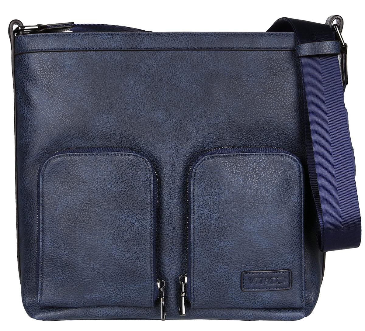 Сумка мужская Vitacci, цвет: синий. MW072MW072Стильная мужская сумка Vitacci идеально подойдет под ваш образ. Она выполнена из качественной искусственной кожи. Изделие оформлено нашивкой с названием фирмы. На лицевой стороне расположено два удобных кармана на молнии для мелочей. На тыльной стороне расположен вшитый карман на молнии. Внутри расположено вместительное отделение, которое включает в себя два открытых кармана для мелочей, один карман на молнии и две резинки-фиксаторы. Сумка оснащена удобным плечевым ремнем, длина которого регулируется с помощью пряжки. Такая модная и удобная сумка станет незаменимым аксессуаром в вашем гардеробе.
