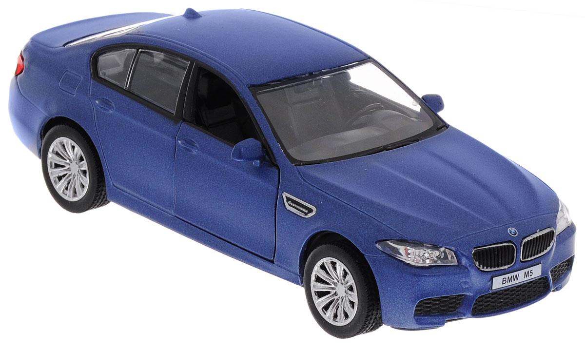 Uni-Fortune Toys Модель автомобиля BMW M5 цвет синий554004M(A)BMW M5 - доработанная подразделением BMW Motorsport версия автомобиля BMW пятой серии. Первое поколение было представлено в 1986 году. Последующие поколения M5 сменялись совместно с каждым поколением автомобилей пятой серии, включающей E34, E39, E60/61. С началом производства текущей модели F10, после поступления первых заказов, с конца 2011 года началось также производство ее M-версии. Модель автомобиля Uni-Fortune Toys BMW M5 будет отличным подарком как ребенку, так и взрослому коллекционеру. Благодаря броской внешности и великолепной точности машинка станет подлинным украшением любой коллекции авто. Модель выполнена в масштабе 1/32. Модель будет долго служить своему владельцу благодаря металлическому корпусу с элементами из пластика. Передние двери машины открываются. Машинка обладает инерционным механизмом. Автомобиль необходимо отвести назад, затем отпустить - и он быстро поедет вперед. Шины обеспечивают отличное сцепление с любой поверхностью пола. Модель...