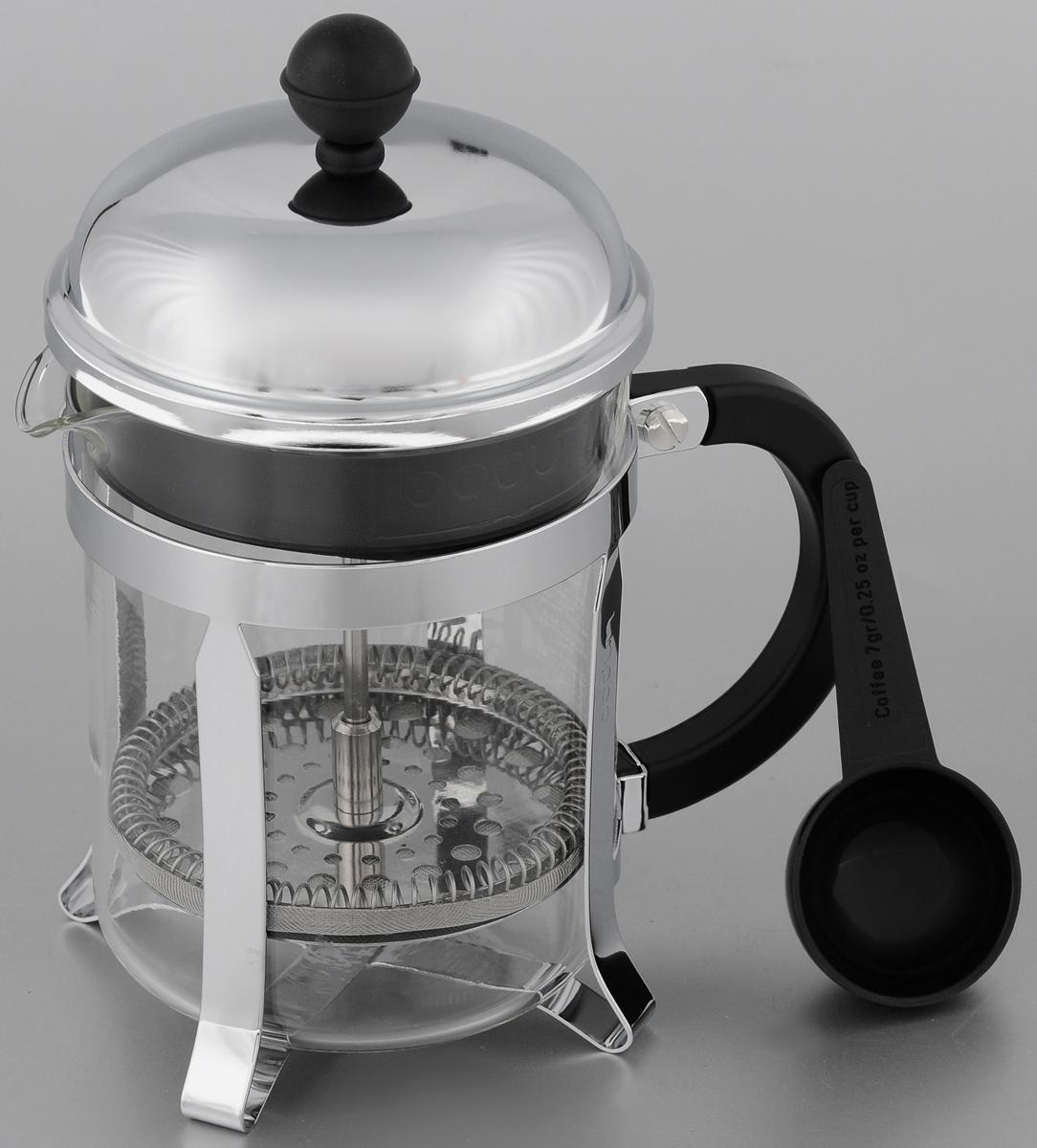 Френч-пресс Bodum Chambord, с мерной ложкой, 500 мл. 1924-161924-16Френч-пресс Bodum Bean позволит быстро и просто приготовить свежий и ароматный чай или кофе. Корпус изготовлен из высококачественного жаропрочного стекла, устойчивого к окрашиванию, царапинам и термошоку. Фильтр-поршень из нержавеющей стали выполнен по технологии press-up для обеспечения равномерной циркуляции воды. Готовить напитки с помощью френч-пресса очень просто. С помощью мерной ложечки насыпьте внутрь заварку и залейте кипятком. Остановить процесс заваривания легко. Для этого нужно просто опустить поршень, и заварка уйдет вниз, оставляя вверху напиток, готовый к употреблению. Заварочный чайник с прессом - это совершенный чайник для ежедневного использования. Практичный и стильный дизайн полностью соответствует последним модным тенденциям в создании предметов кухонной утвари. Можно мыть в посудомоечной машине. Диаметр френч-пресса (по верхнему краю): 10 см. Высота френч-пресса (с учетом крышки): 19,5 см. Длина ложки:...