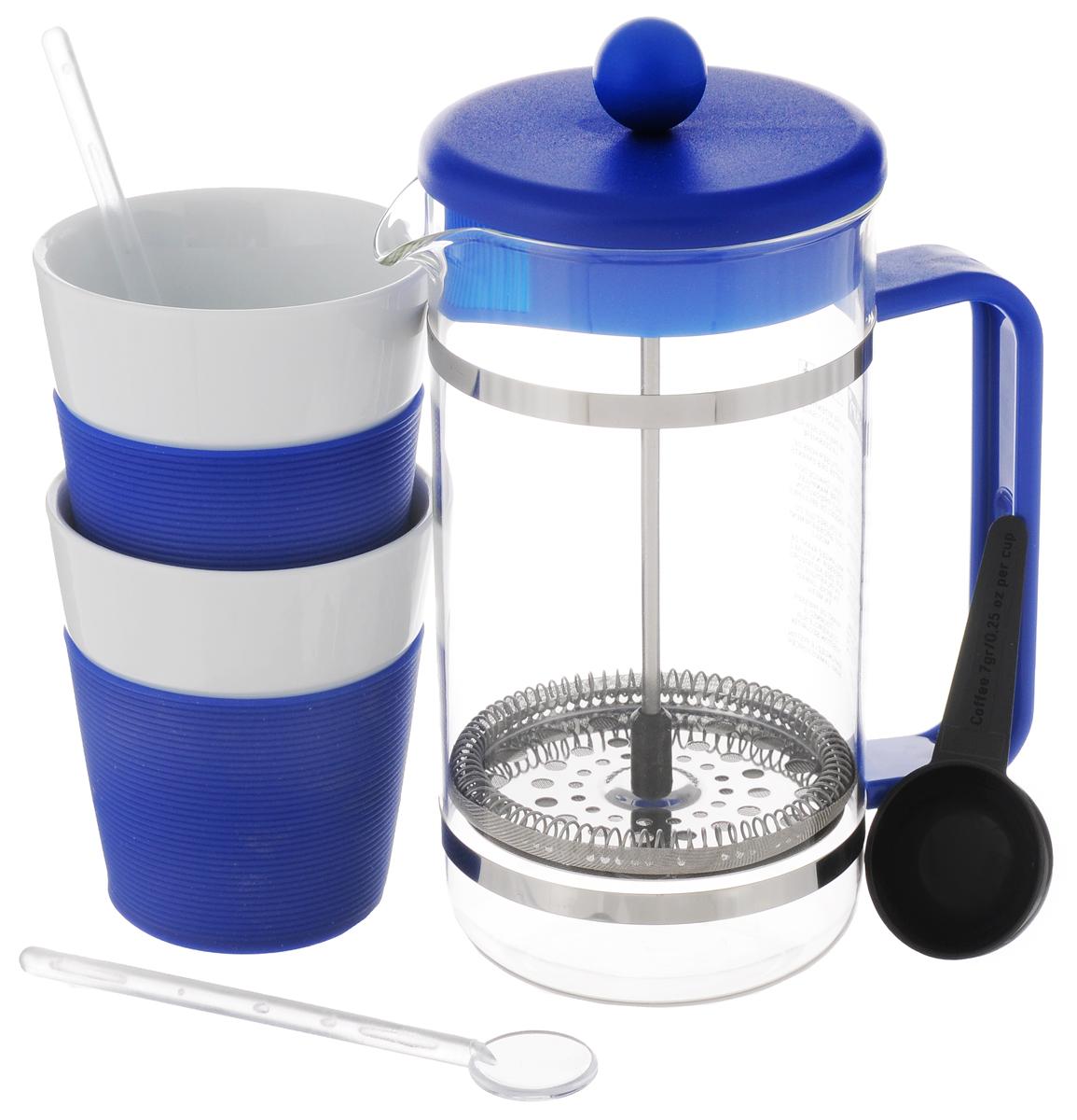 Набор кофейный Bodum Bistro, цвет: синий, белый, 5 предметов. AK1508AK1508-528-Y15Кофейный набор Bodum Bistro состоит из чайника френч-пресса, 2 стаканов и 2 ложек. Френч-пресс выполнен из высококачественного жаропрочного стекла, нержавеющей стали и пластика. Френч-пресс - это заварочный чайник, который поможет быстро приготовить вкусный и ароматный чай или кофе. Металлический нержавеющий фильтр задерживает чайные листочки и частички зерен кофе. Засыпая чайную заварку или кофе под фильтр, заливая горячей водой, вы получаете ароматный напиток с оптимальной крепостью и насыщенностью. Остановить процесс заваривания легко, для этого нужно просто опустить поршень, и все уйдет вниз, оставляя сверху напиток, готовый к употреблению. Для френч-пресса предусмотрена специальная пластиковая ложечка. Элегантные стаканы выполнены из высококачественного фарфора и оснащены резиновой вставкой, защищающей ваши руки от высоких температур. В комплекте - 2 мерные ложечки, выполненные из пластика. Яркий и стильный набор украсит стол к...
