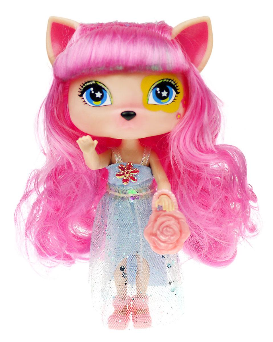 Daisy Мини-кукла Люси41250Кукла Daisy Люси из серии Daisy Pets займет внимание вашей малышки и доставит ей много удовольствия. Куколка-зверюшка одета в длинное блестящее платье и розовые туфельки. У нее длинные волосы, огромные глазки и милые ушки. Конечности куклы сгибаются, голова поворачивается. Daisy Pets - это серия ярких и очень позитивных фантазийных кукол. Наши маленькие домашние питомцы обожают своих хозяев и всегда мечтают быть похожими на них: носить такие же красивые, яркие платья, делать стильные прически и наносить оригинальный макияж. Каждая из таких милых игрушек отличается от других своей оригинальностью и специфическим внешним видом, способным покорить сердце любого… Девочки просто в восторге от этих кукол с роскошными длинными цветными волосами! Их можно наряжать, причесывать и играть с ними, создавая свой волшебный мир! Каждая девочка сможет выбрать своего любимца. В комплекте с куклой имеется стильная сумочка.