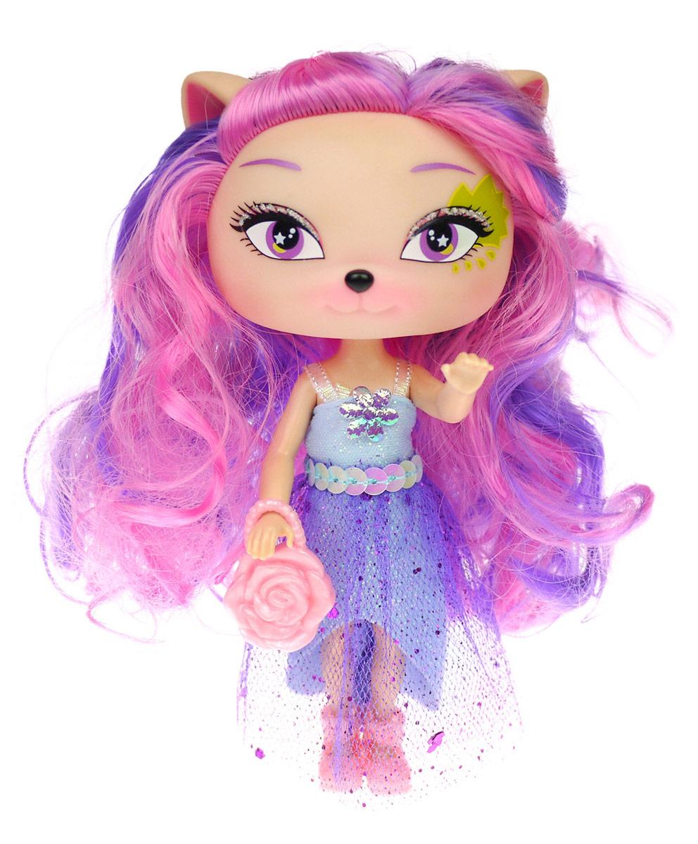 Daisy Мини-кукла Полли41251Кукла Daisy Полли из серии Daisy Pets займет внимание вашей малышки и доставит ей много удовольствия. Куколка-зверюшка одета в длинное блестящее платье и розовые туфельки. У нее длинные волосы, огромные глазки и милые ушки. Конечности куклы сгибаются, голова поворачивается. Daisy Pets - это серия ярких и очень позитивных фантазийных кукол. Наши маленькие домашние питомцы обожают своих хозяев и всегда мечтают быть похожими на них: носить такие же красивые, яркие платья, делать стильные прически и наносить оригинальный макияж. Каждая из таких милых игрушек отличается от других своей оригинальностью и специфическим внешним видом, способным покорить сердце любого… Девочки просто в восторге от этих кукол с роскошными длинными цветными волосами! Их можно наряжать, причесывать и играть с ними, создавая свой волшебный мир! Каждая девочка сможет выбрать своего любимца. В комплекте с куклой имеется стильная сумочка.