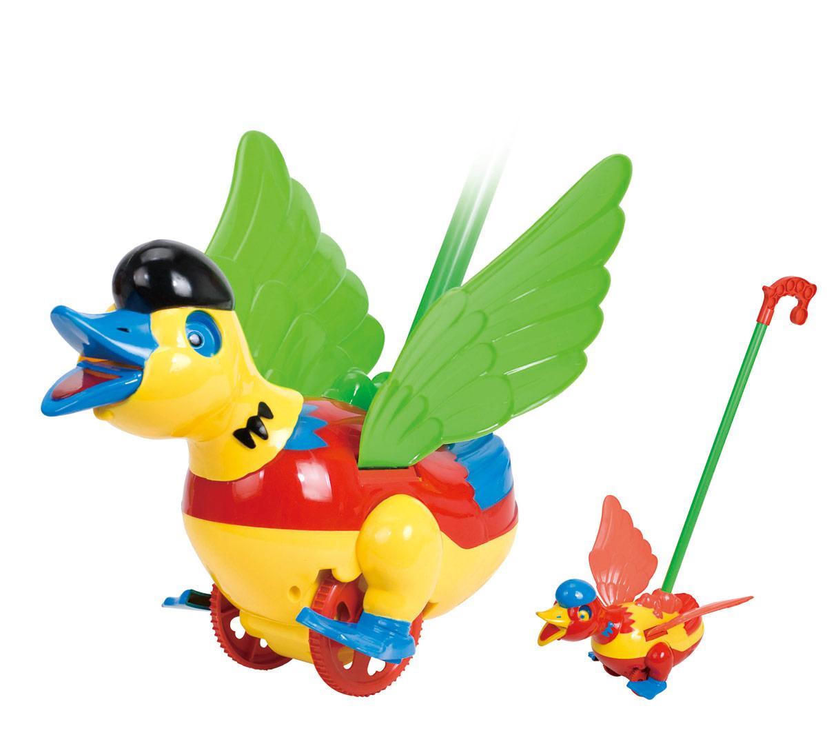 Ami&Co Игрушка-каталка Уточка44412Каталка уточка. Ребенок катает игрушку по полу - уточка поднимает и опускает голову, машет крыльями, открывает и закрывает клюв. При катании игрушка издает звук, имитирующий кряканье. Палка (сборная) вставляется в игрушку. Детская складная каталка предназначена для малышей, которые уже начали ходить самостоятельно. Яркие, забавные образы принесут радость и веселье во время игр. Гремящие, шуршащие элементы развлекут вашего малыша. Модель поможет развить координацию движения, тактильные навыки и мелкую моторику рук ребенка, а издаваемые ею звуки активно стимулируют его слух.
