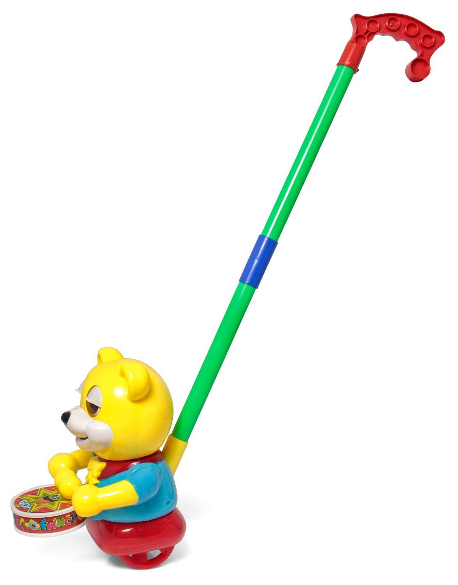 Ami&Co Игрушка-каталка Мишка44417Каталка медведь-барабанщик. Ребенок катает игрушку по полу - мишка бодро стучит по барабану, открывая и закрывая глазки. Палка (сборная) вставляется в игрушку. Детская складная каталка предназначена для малышей, которые уже начали ходить самостоятельно. Яркие, забавные образы принесут радость и веселье во время игр. Гремящие, шуршащие элементы развлекут вашего малыша. Модель поможет развить координацию движения, тактильные навыки и мелкую моторику рук ребенка, а издаваемые ею звуки активно стимулируют его слух.